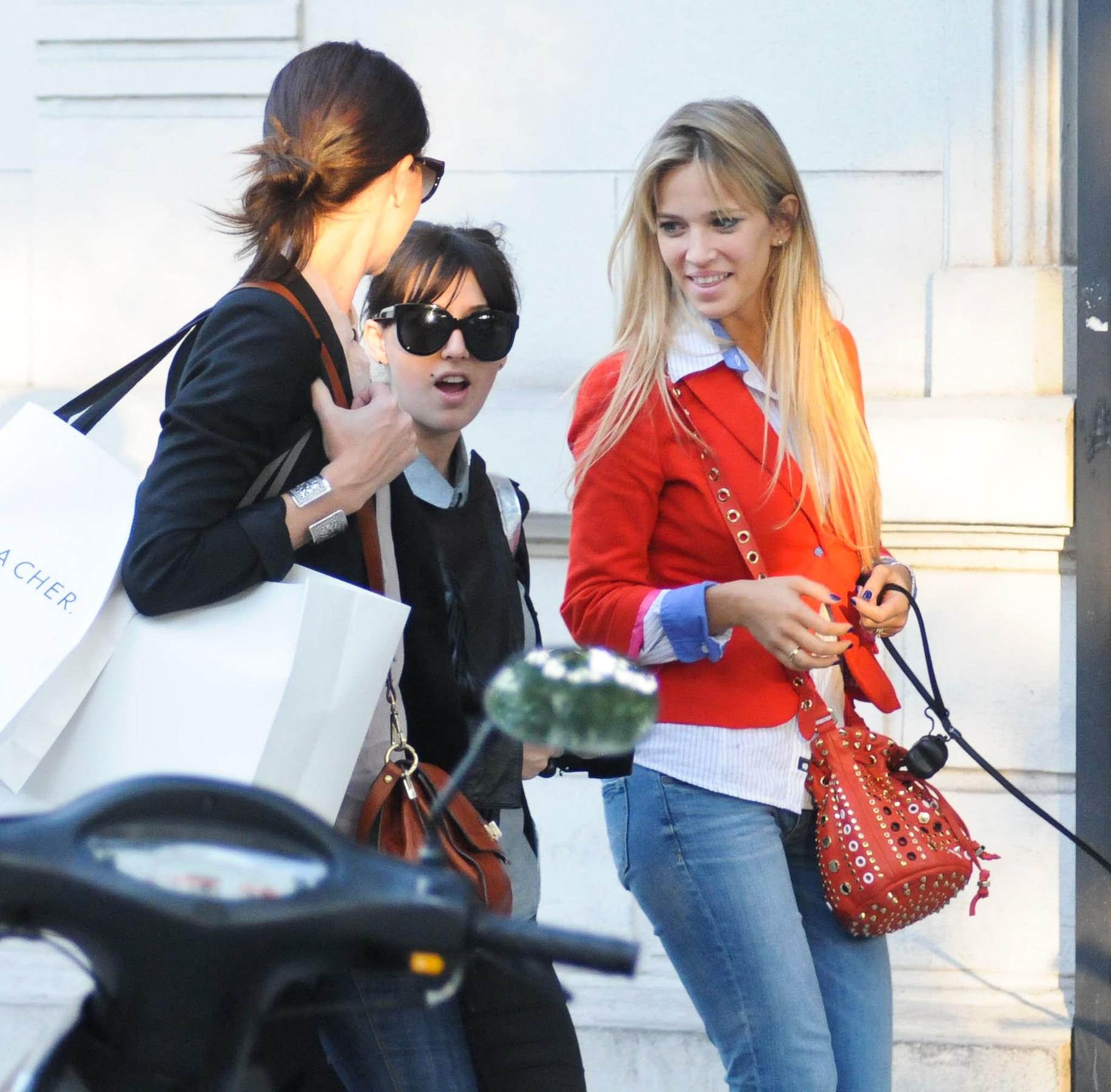 106747858_Luisana_Lopilato_Shopping_in_Buenos_Aires7_122_166lo.jpg