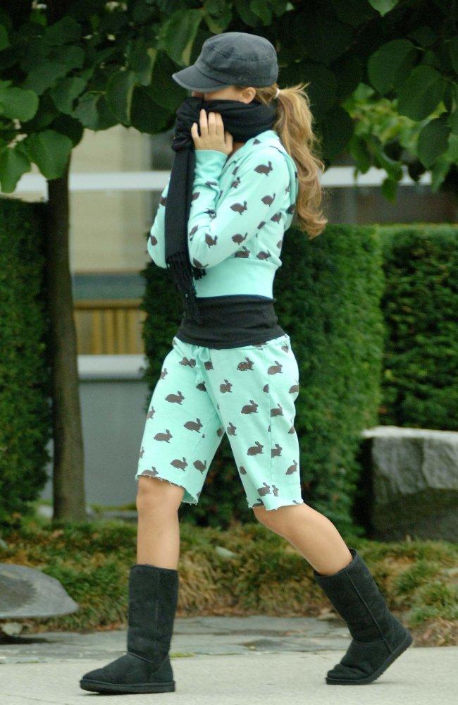 22278_11.08.2006_-_Jessica_unterwegs_in_einem_Bunny-Outfit_001_122_725lo.jpg