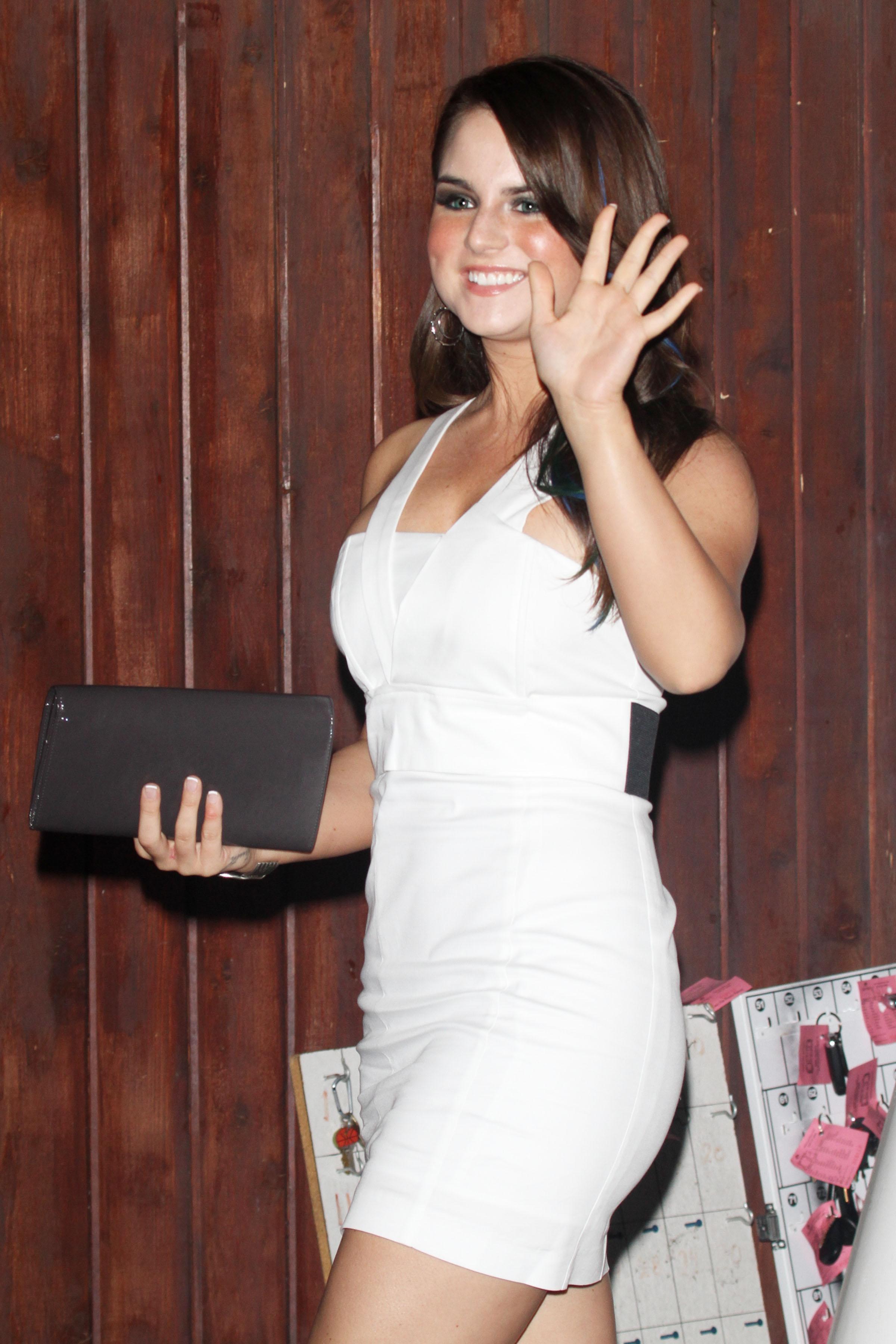 73761_Joanna_JoJo_Levesque_arrives_to_celebrate_Katy_Perrys_25th_birthday_party-2_122_121lo.jpg