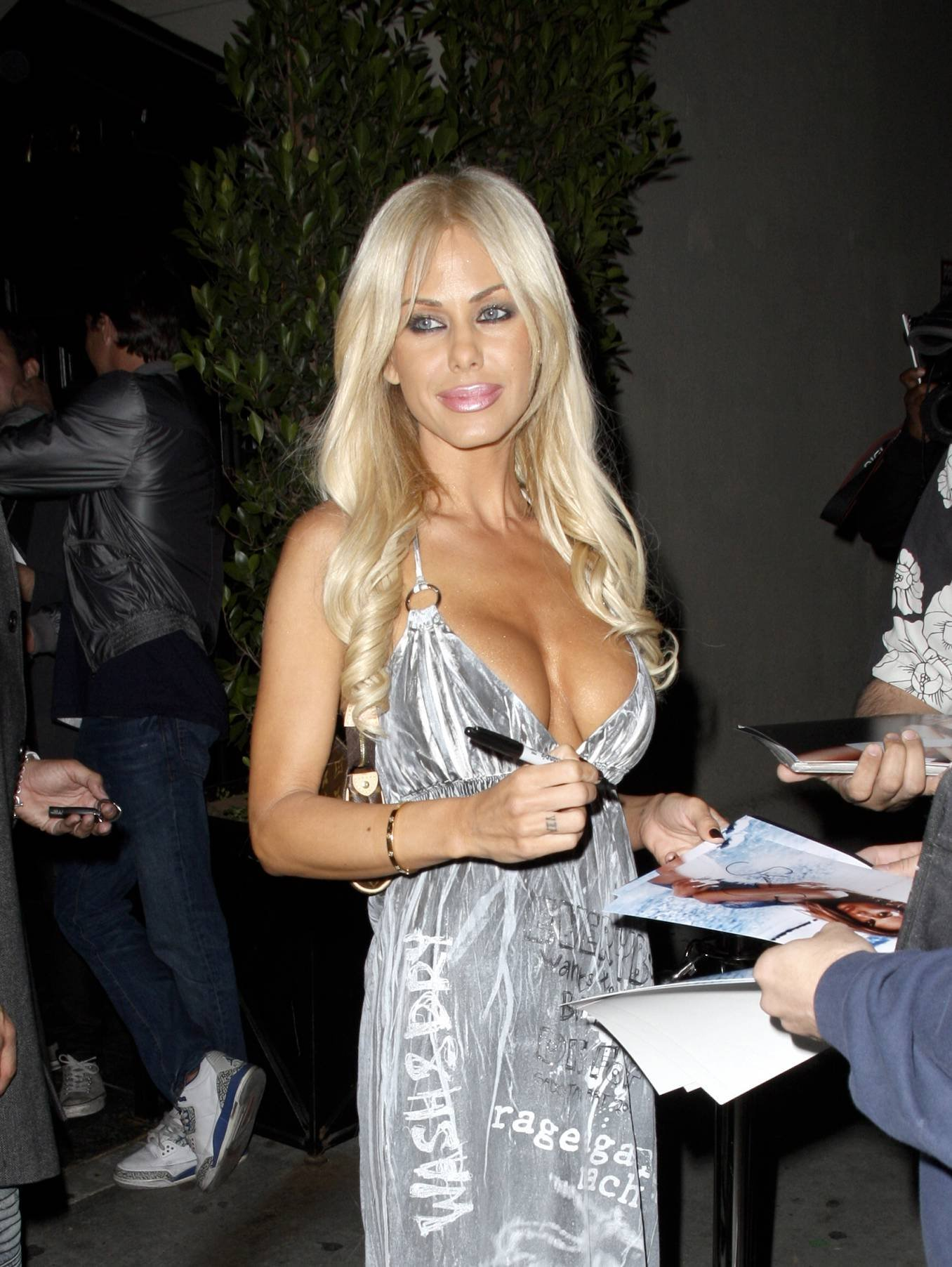 08621_Celebutopia-Shauna_Sand_signs_autographs_at_Crown_Bar_in_Los_Angeles-01_122_647lo.jpg