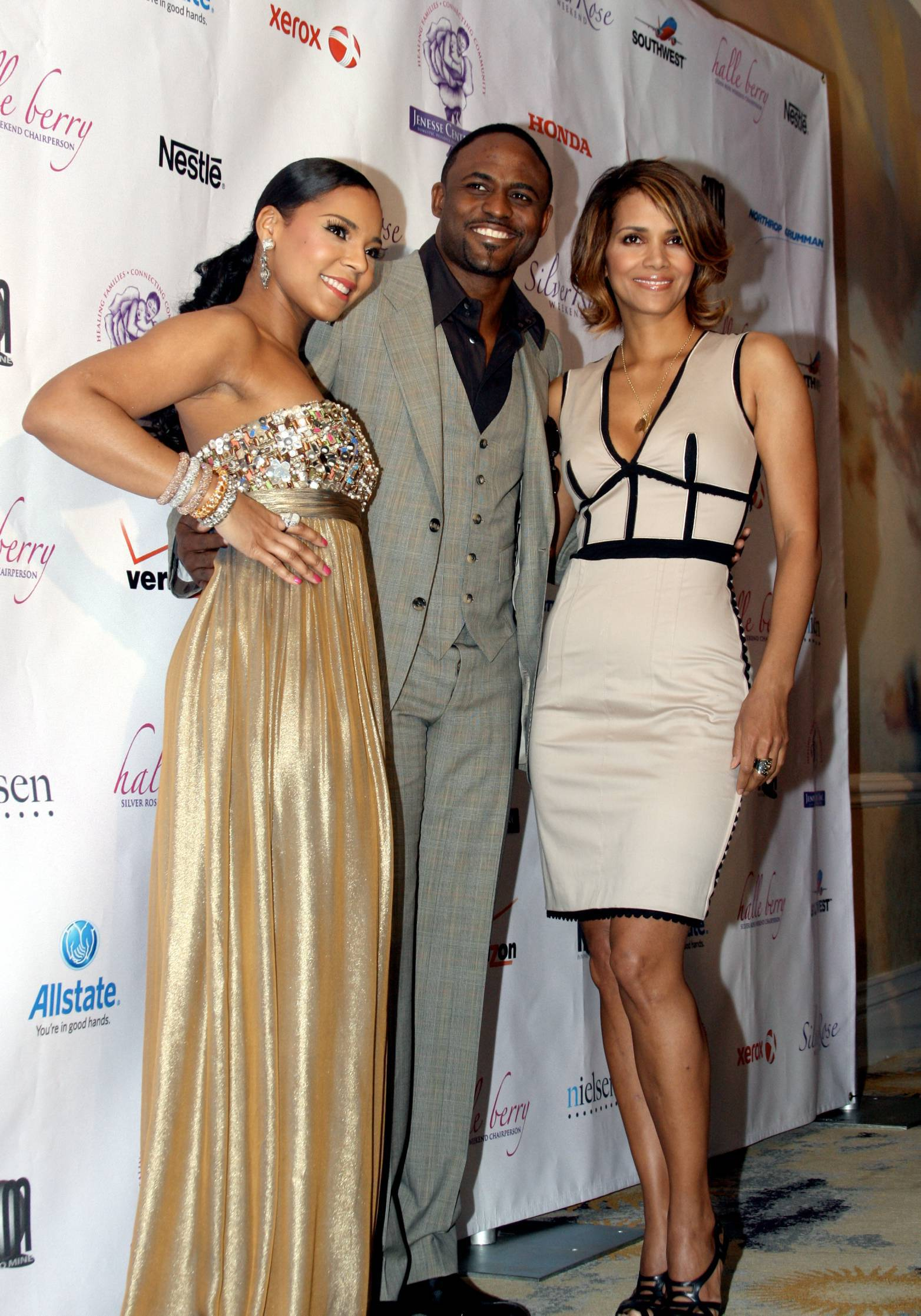 60756_Halle_Berry_2009_Jenesse_Silver_Rose_Gala_Auction_in_Beverly_Hills_109_122_668lo.jpg