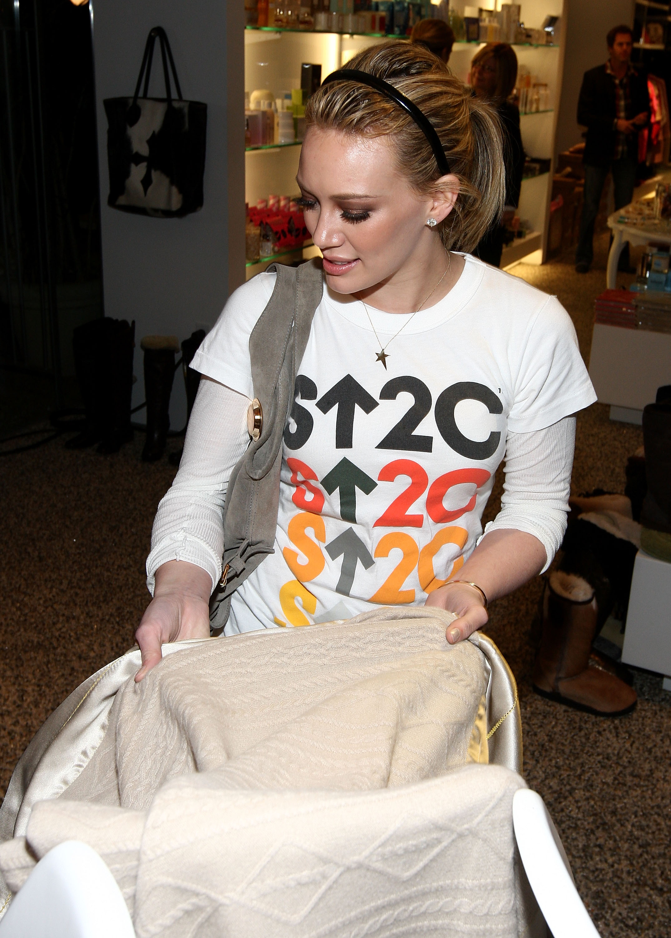 97000_Celebutopia-Mandy_Moore_and_Hilary_Duff-SU2C_merchandise_collection_launch-14_122_1125lo.jpg