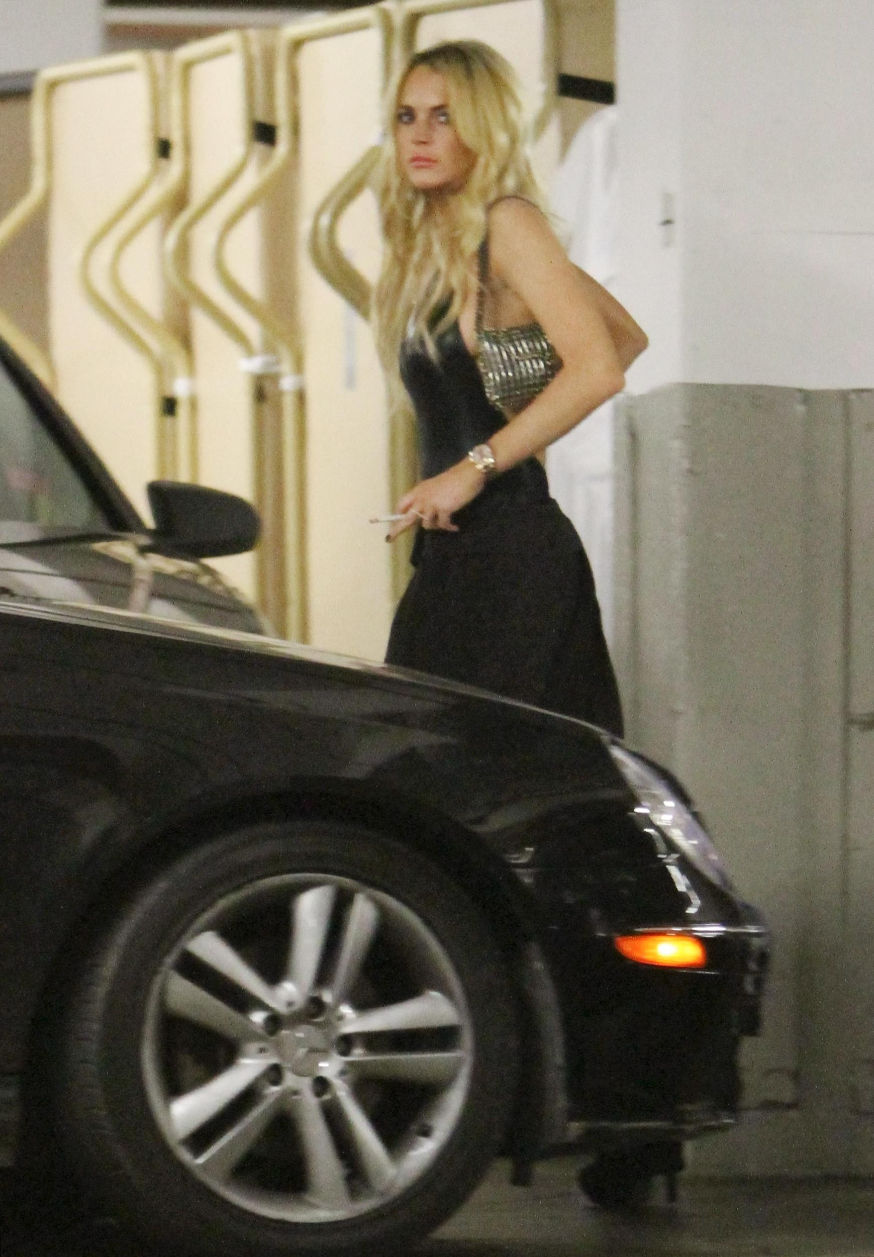 84301_CFF_Lindsay_Lohan_in_the_parking_garage_of_The_Mondrian_hotel_7_122_510lo.jpg