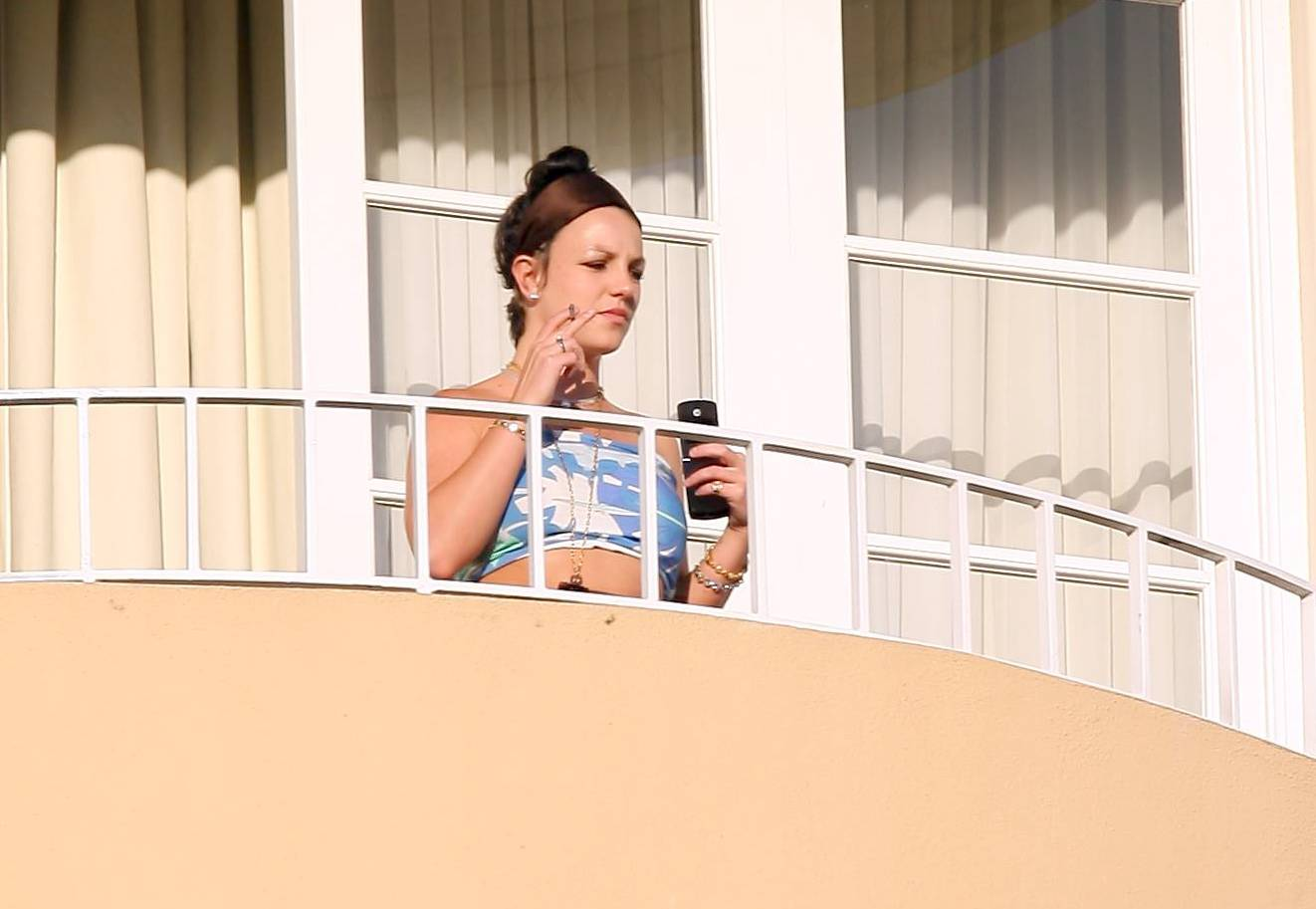 52793_celeb-city.eu_Britney_Spears_at_hotel_in_Beverly_Hills_03_123_833lo.jpg