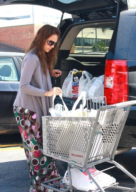 37993_19.04.2008_-_Jessica_Alba_shoppt_bei_Rite_Aid_in_Los_Angeles_013_122_1018lo.jpg
