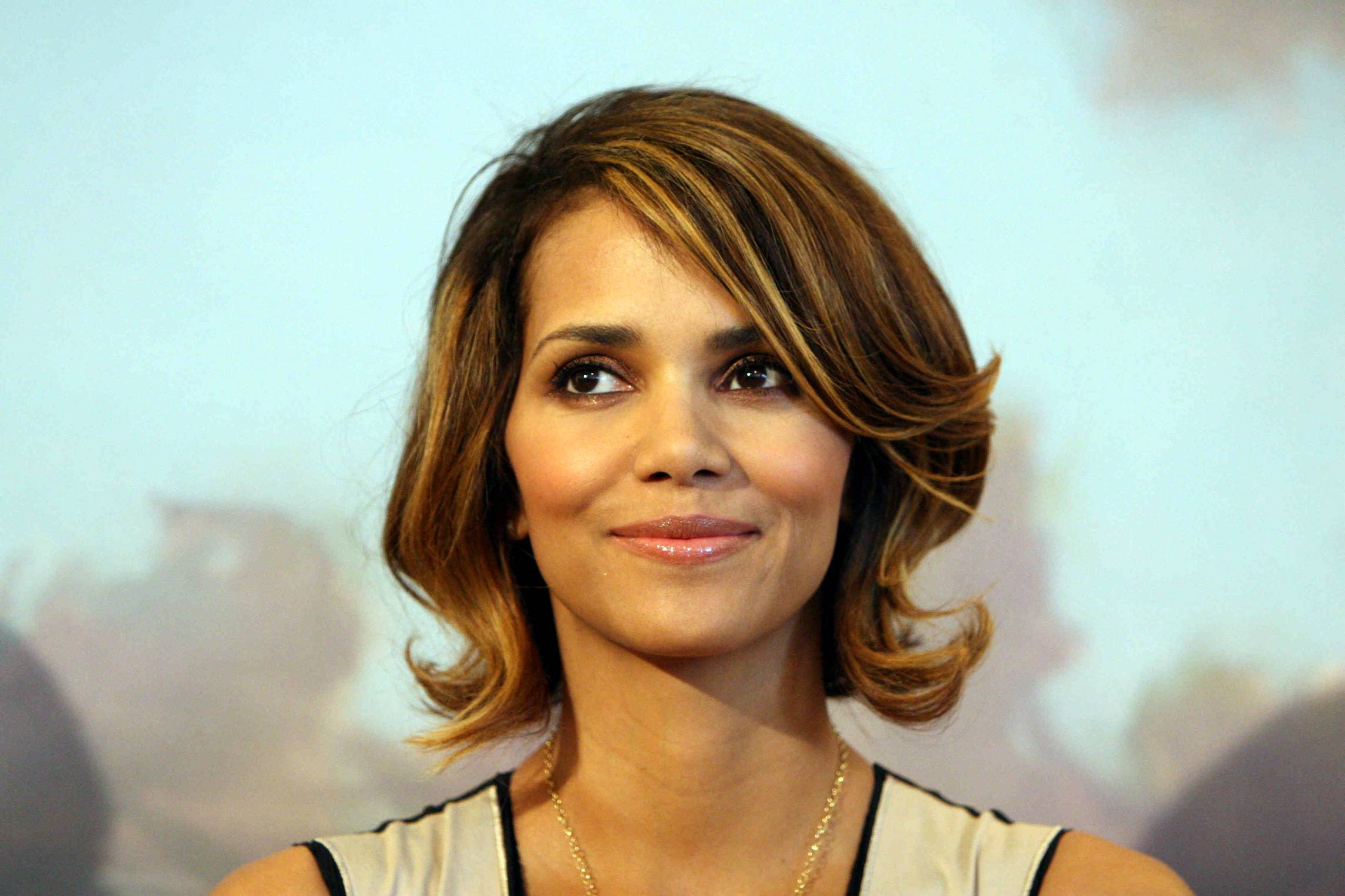 60629_Halle_Berry_2009_Jenesse_Silver_Rose_Gala_Auction_in_Beverly_Hills_102_122_600lo.jpg