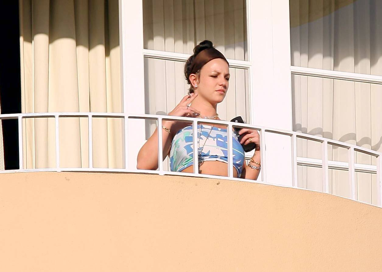 53137_celeb-city.eu_Britney_Spears_at_hotel_in_Beverly_Hills_11_123_1173lo.jpg