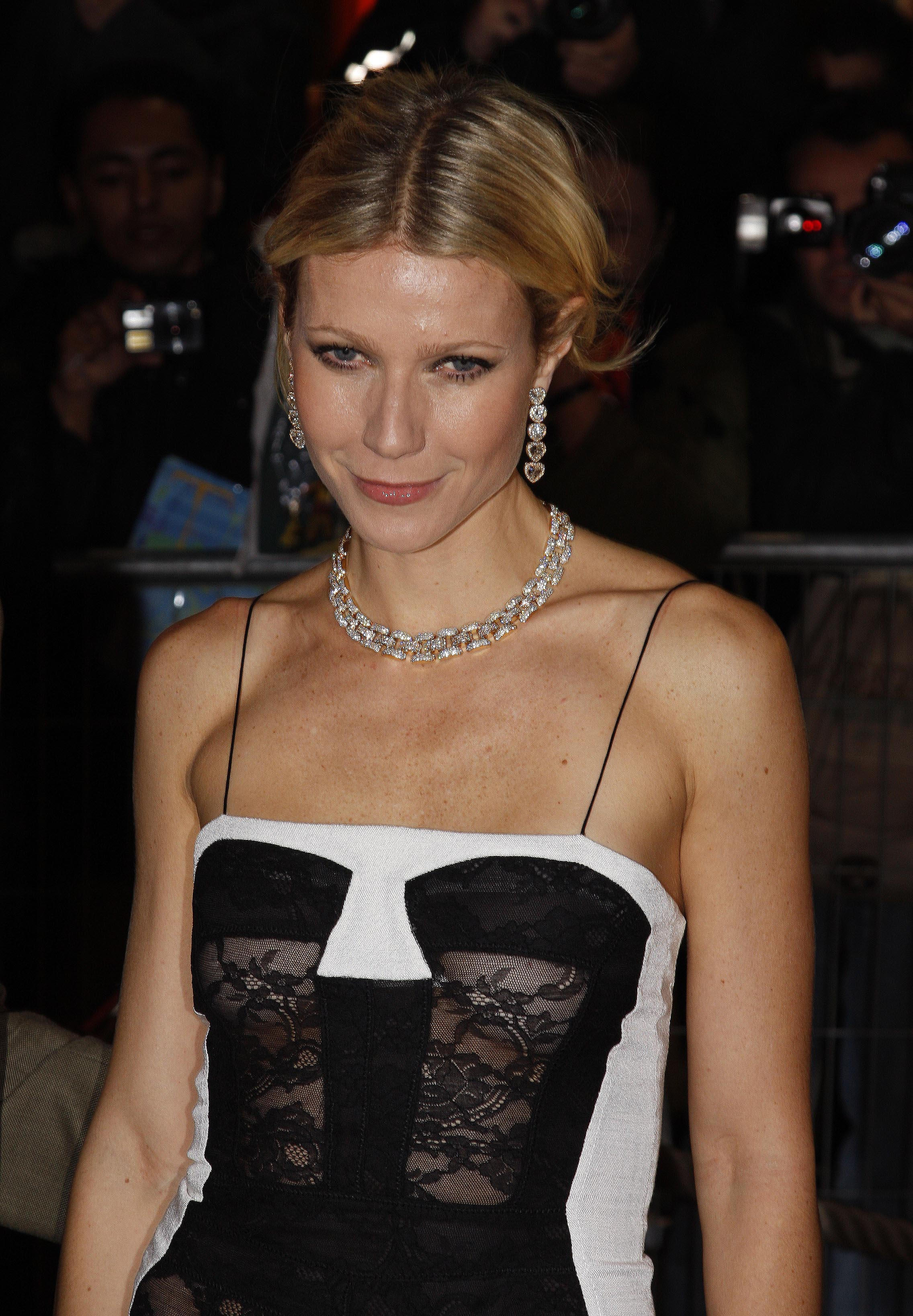 37111_Celebutopia-Gwyneth_Paltrow-Two_Lovers_French_premiere_in_Paris-01_122_655lo.jpg