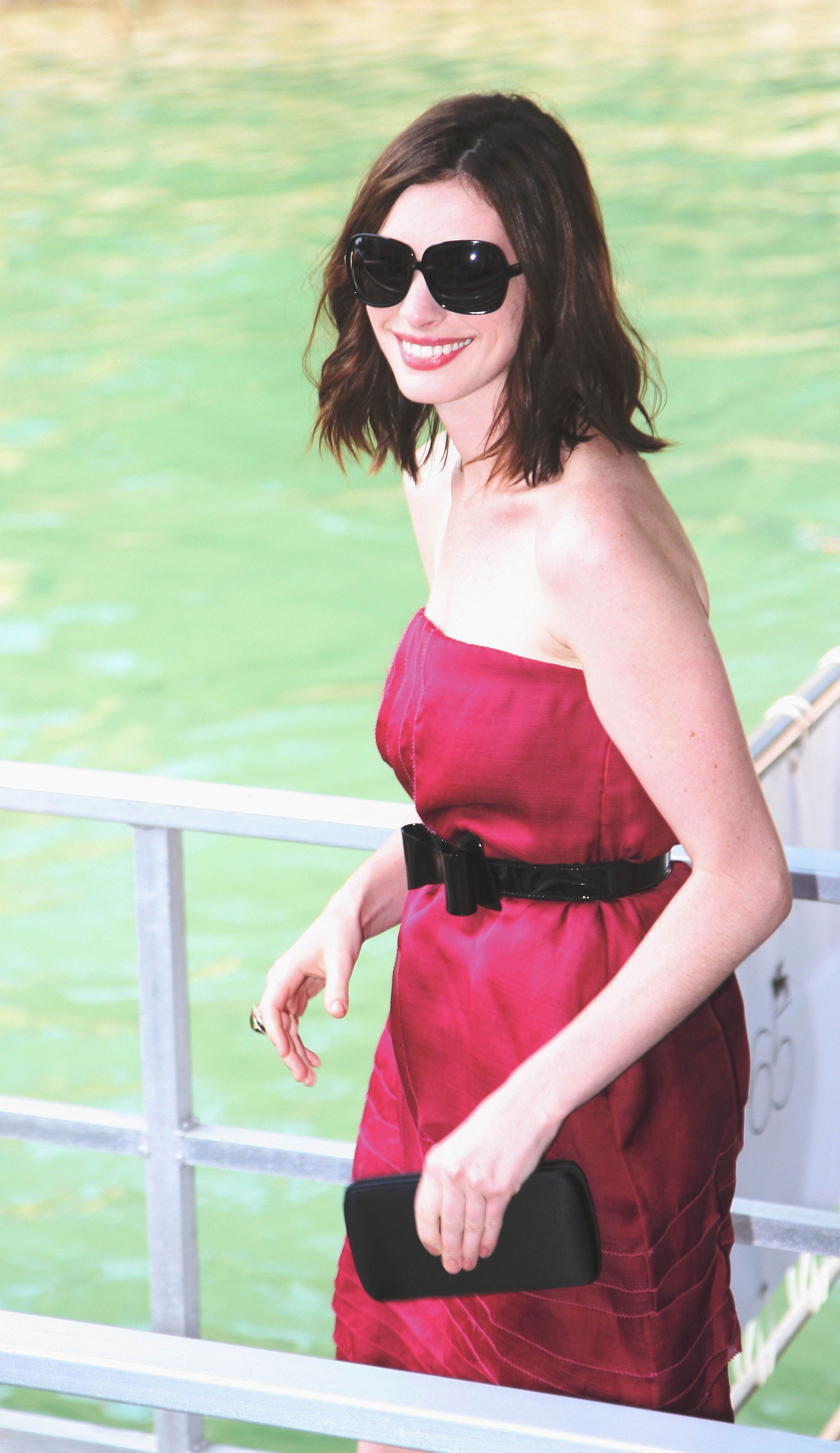 43818_Anne_Hathaway_arrives_at_the_Excelsior_Hotel_Venice-37_122_935lo.jpg