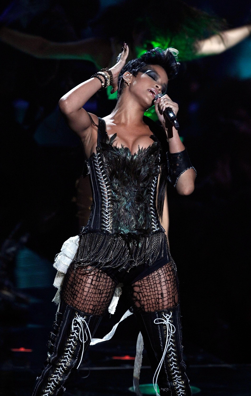 38485_Celebutopia-Rihanna_performs_at_the_2008_MTV_Video_Music_Awards-03_122_949lo.jpg