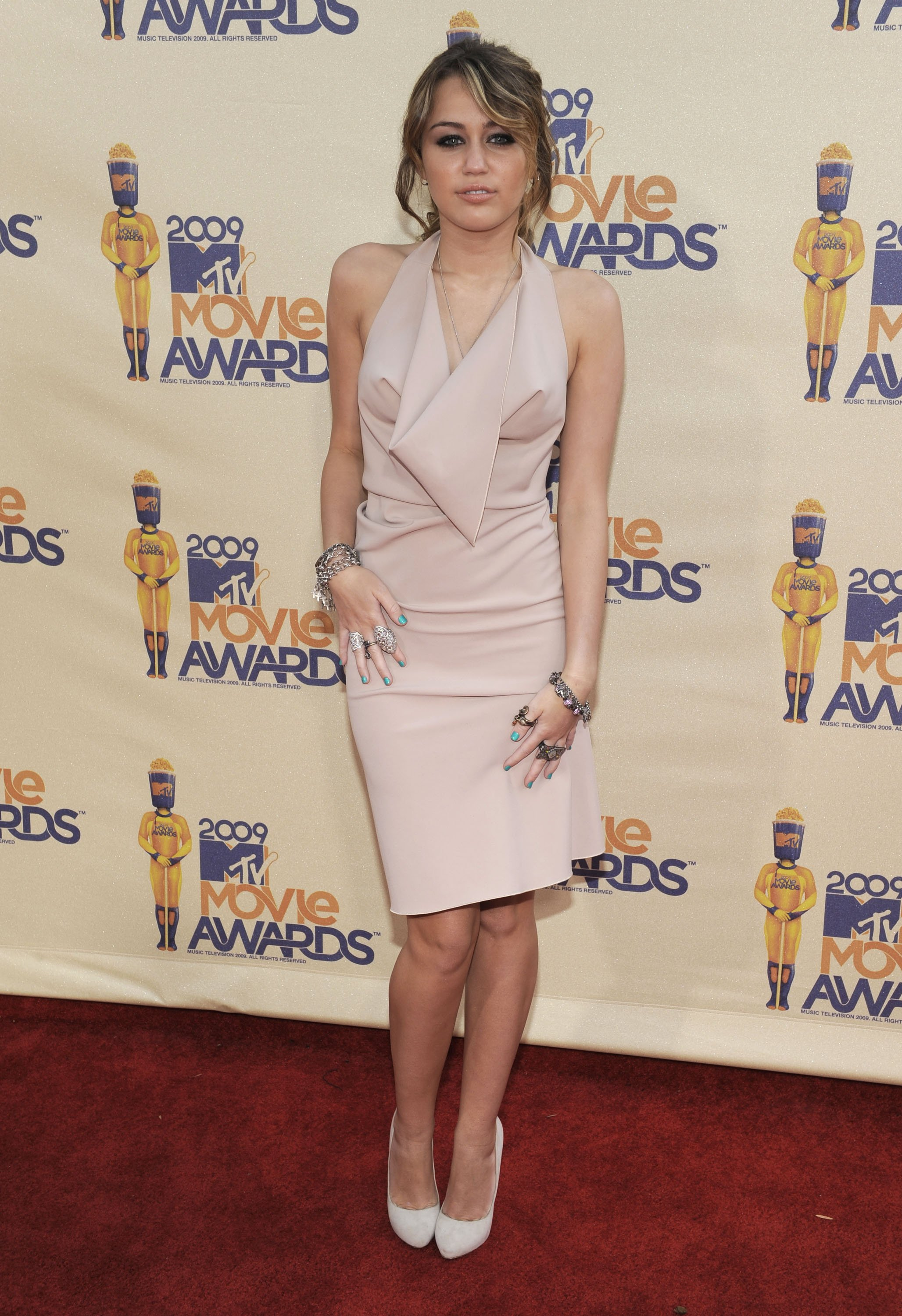 26722_Celebutopia-Miley_Cyrus_arrives_at_the_2009_MTV_Movie_Awards-08_122_1029lo.jpg