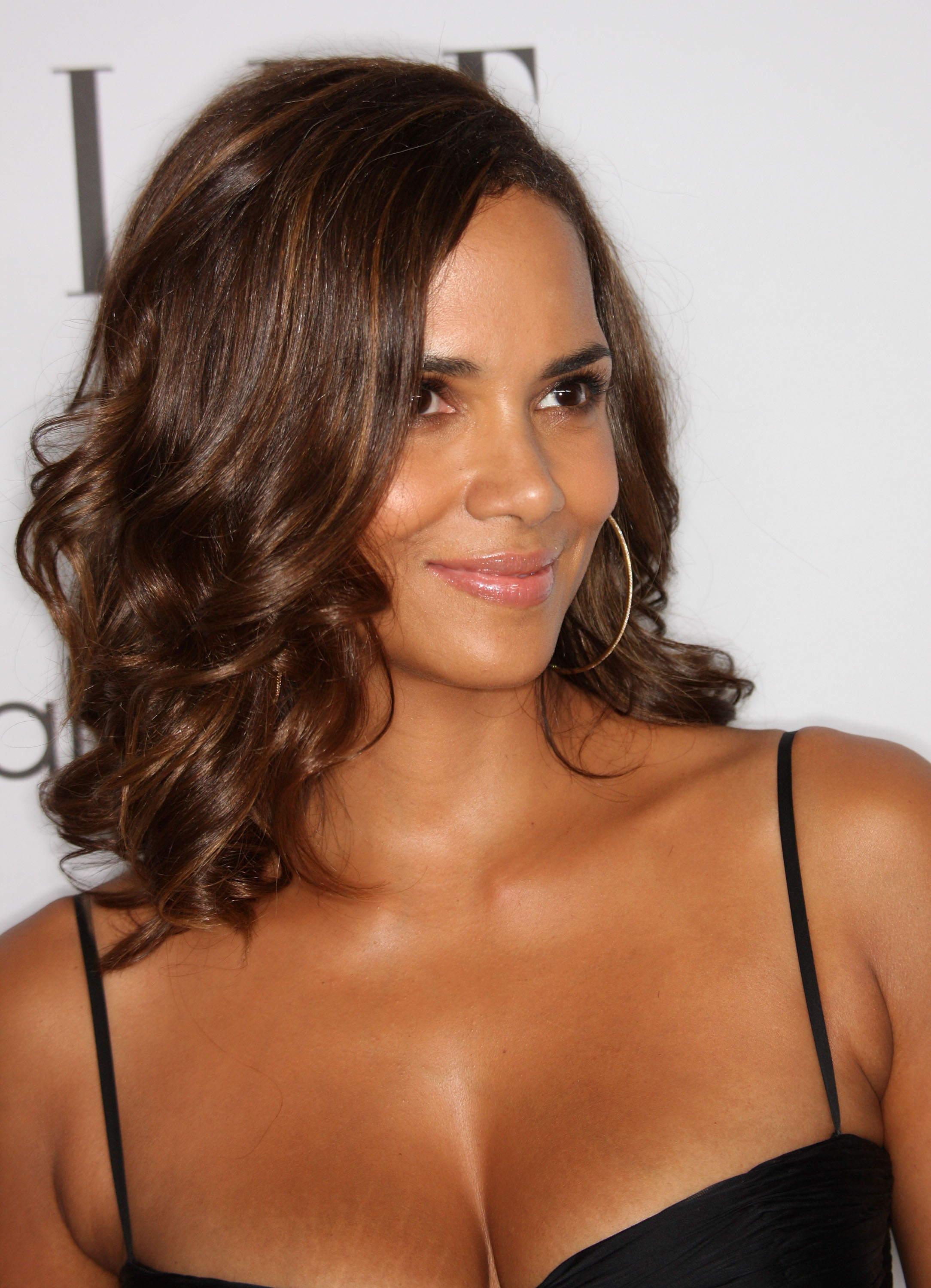59309_Celebutopia-Halle_Berry-15th_annual_Women_In_Hollywood_Tribute-11_122_1091lo.jpg