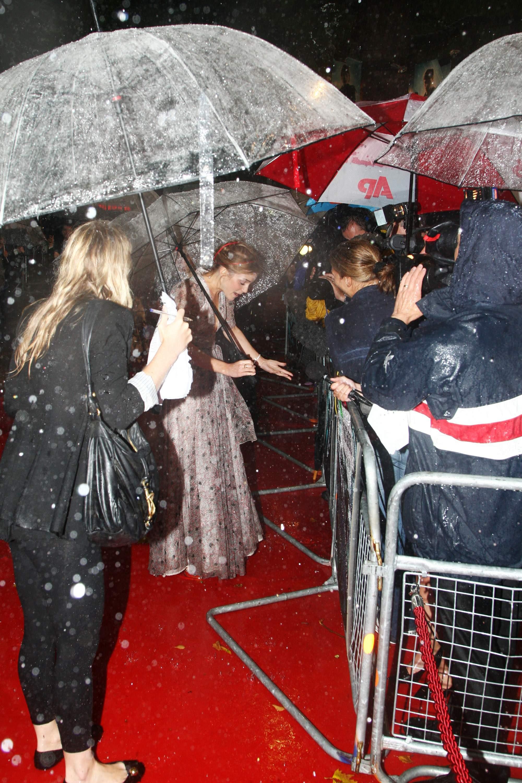 52879_Emma_Watson_HPaTHBP_premiere_in_London04104_122_149lo.jpg