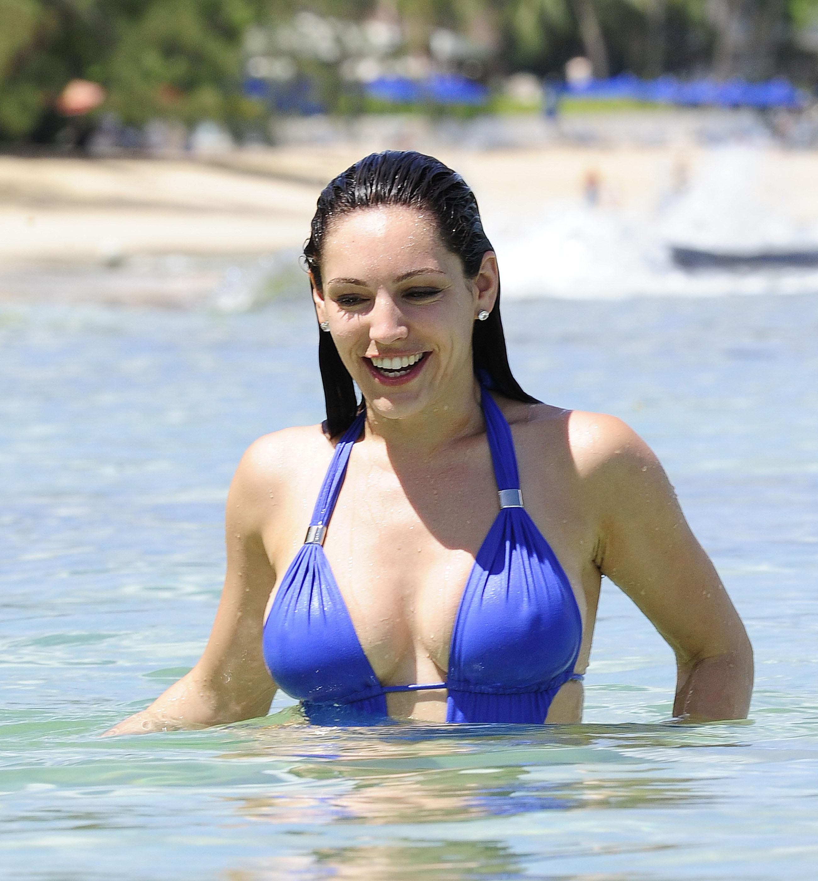 51405_Kelly_Brook_On_The_Beach_In_Barbados.10_HQ_007_122_364lo.jpg