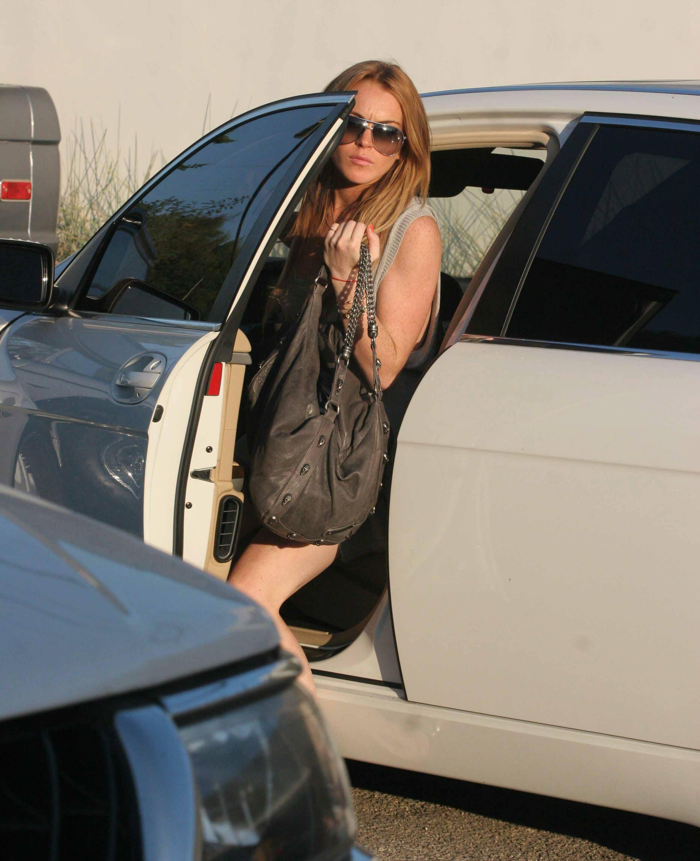 99926_3564969_Lindsay_Lohan_flashes_a_bit_too_much_skin_while_ou3564969_Lindsay_Lohan_flashes_a_bi_122_463lo.jpg