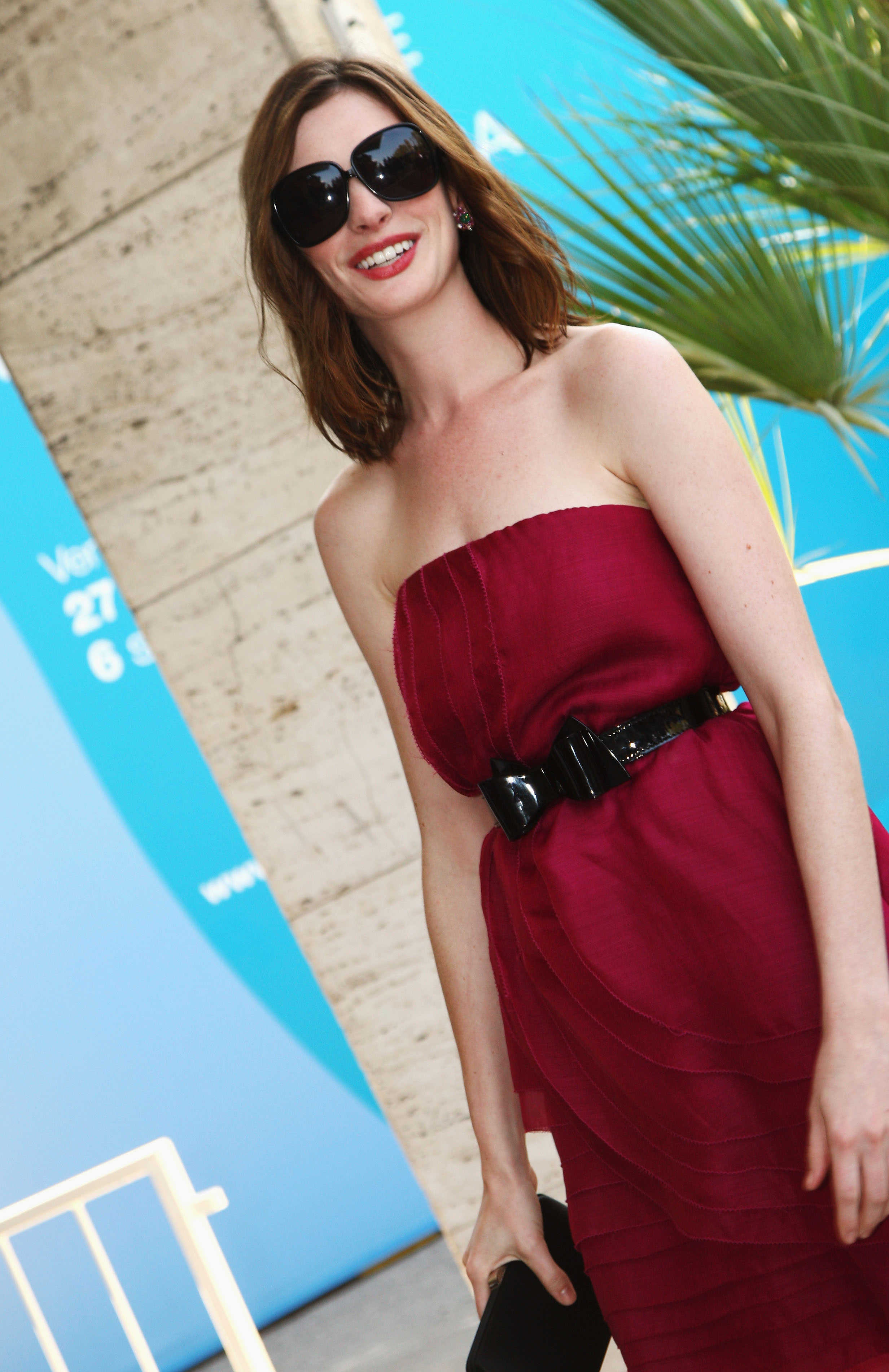 42944_Anne_Hathaway_arrives_at_the_Excelsior_Hotel_Venice-02_122_1014lo.jpg