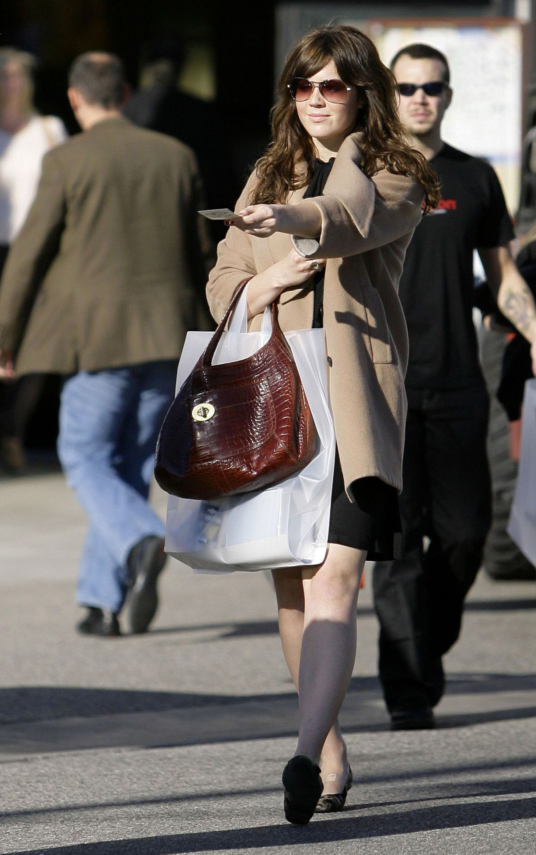 68284_celeb-city.eu_Mandy_Moore_out_and_about_in_West_Hollywood_10.12.2007_32_122_1037lo.jpg