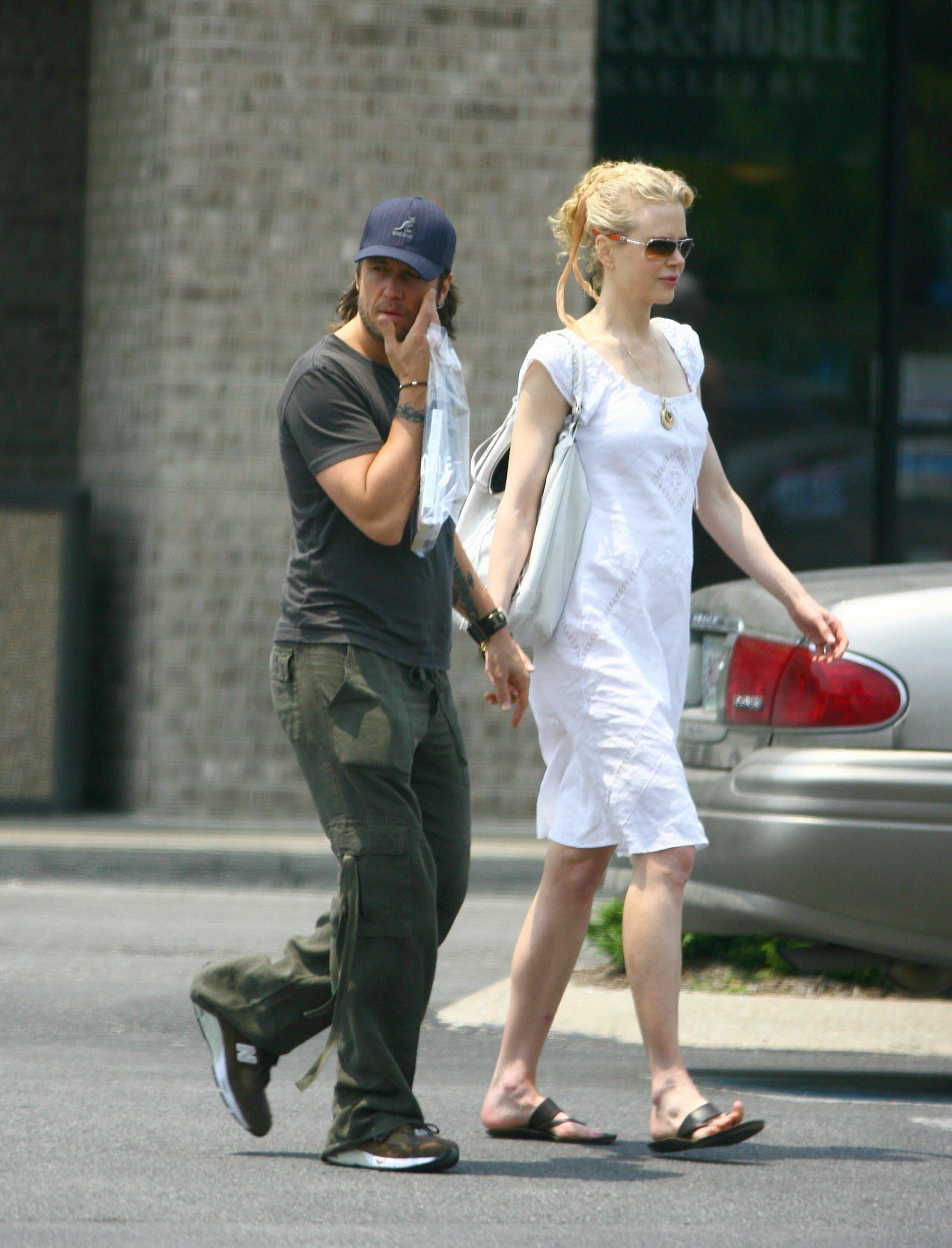 25823_Nicole_Kidman_and_Keith_Urban_buy_a_book_in_Nashville_06_352lo.jpg