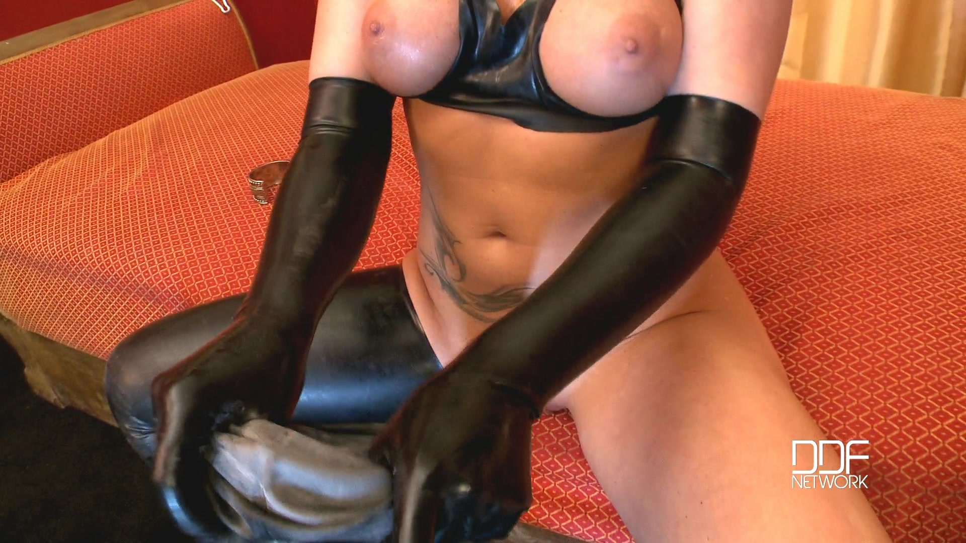 830086314_Kathia_Taking_On_Latex_Outfit.mp4_20160810_094621.468_123_81lo.jpg
