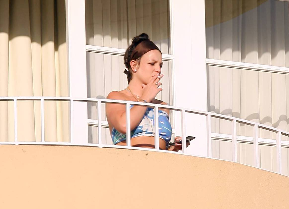 52787_celeb-city.eu_Britney_Spears_at_hotel_in_Beverly_Hills_02_123_816lo.jpg