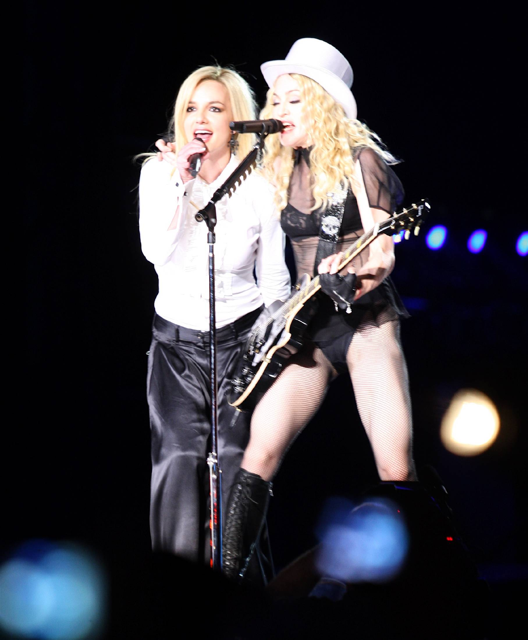 79667_Celebutopia-Madonna_and_Britney_Spears_perform_together_during_Madonna4s_Sticky_and_Sweet_tour_in_Los_Angeles-05_122_1027lo.jpg