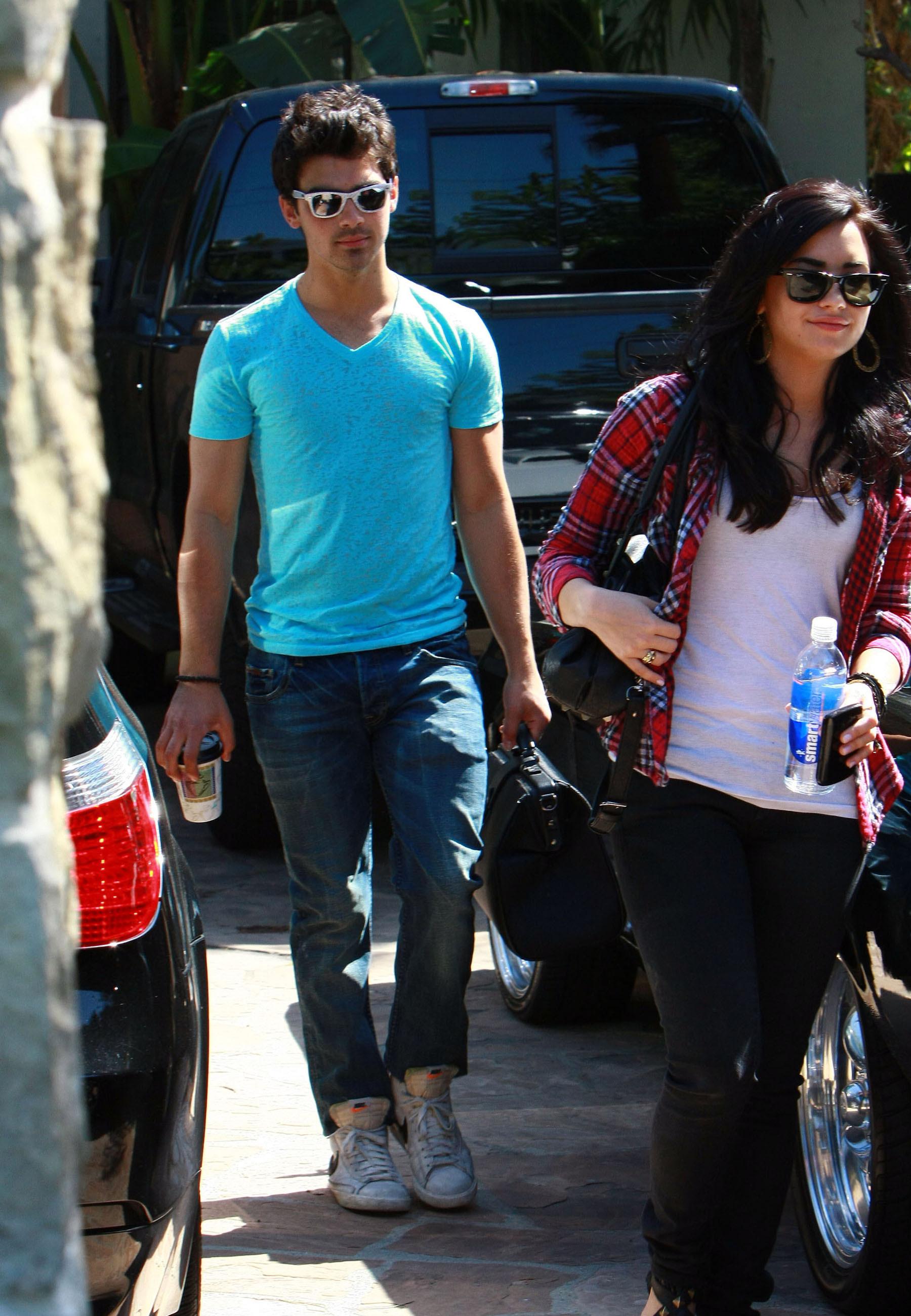 65075_Demi_Lovato_25.04.2010_4_122_499lo.jpg
