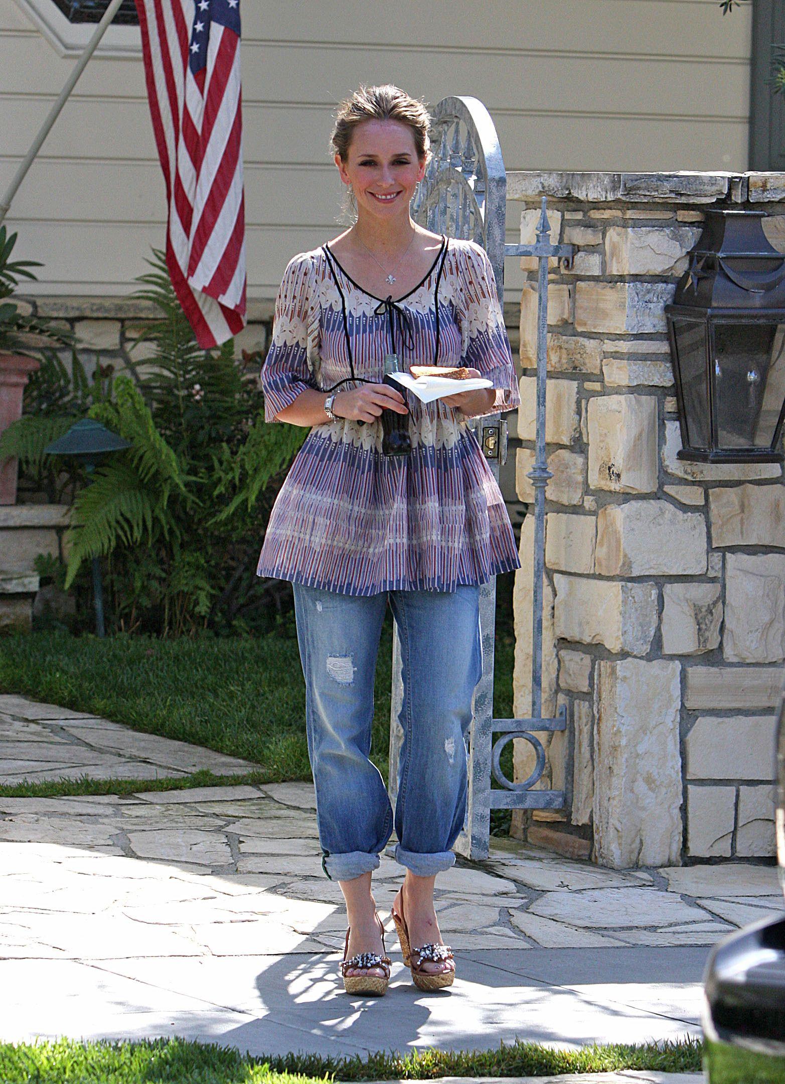 95725_Jennifer_Love_Hewitt_leaves_a_friends_house_in_Los_Angeles_20090327_06_122_1048lo.jpg