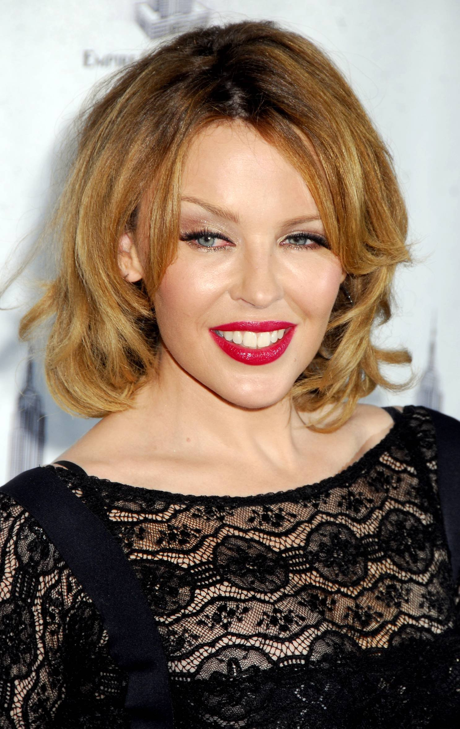 28914_Celebutopia-Kylie_Minogue_lights_The_Empire_State_Building-10_122_1132lo.jpg