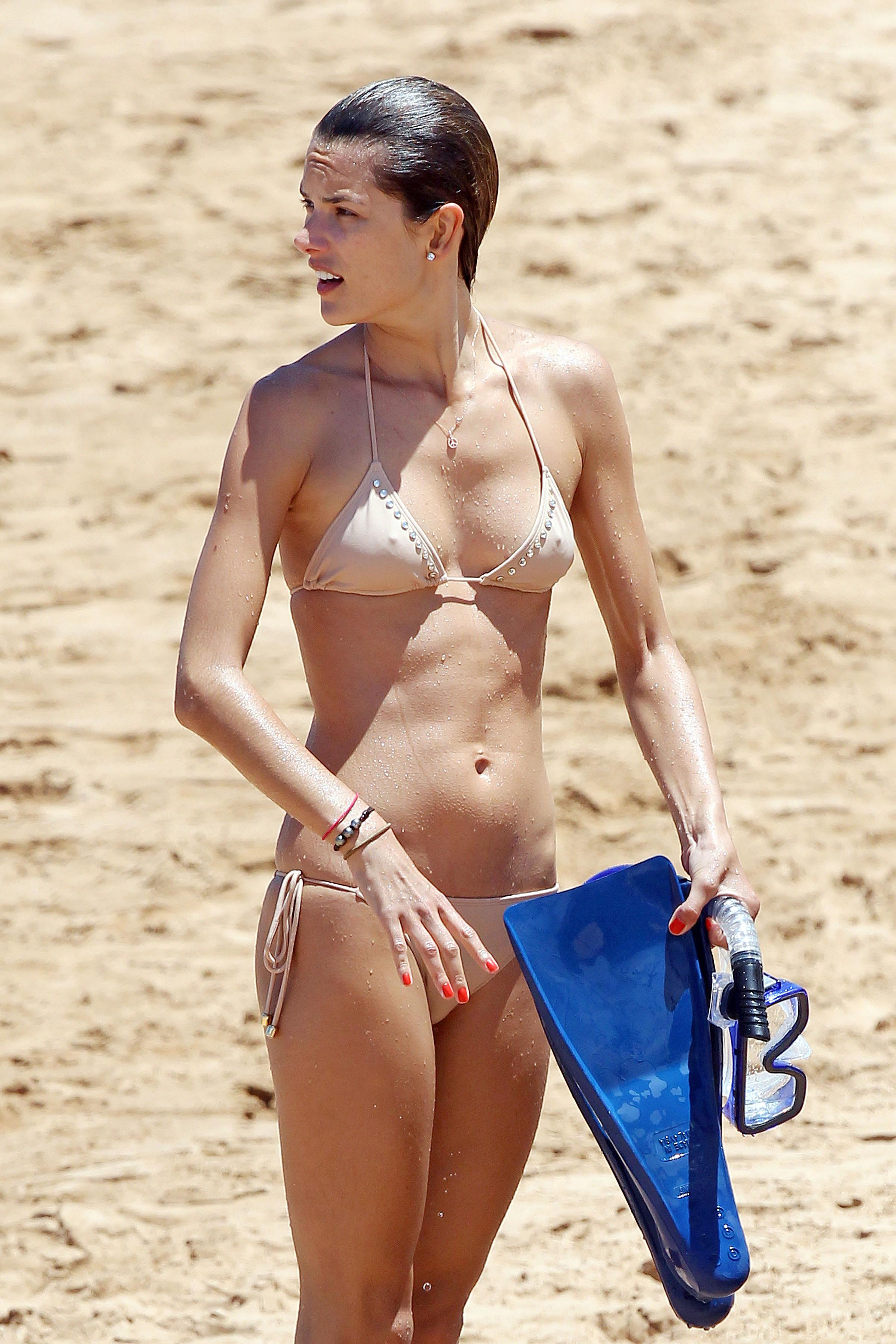 79936_Alessandra_Ambrosio_on_the_beach_in_Hawaii_10_122_468lo.jpg
