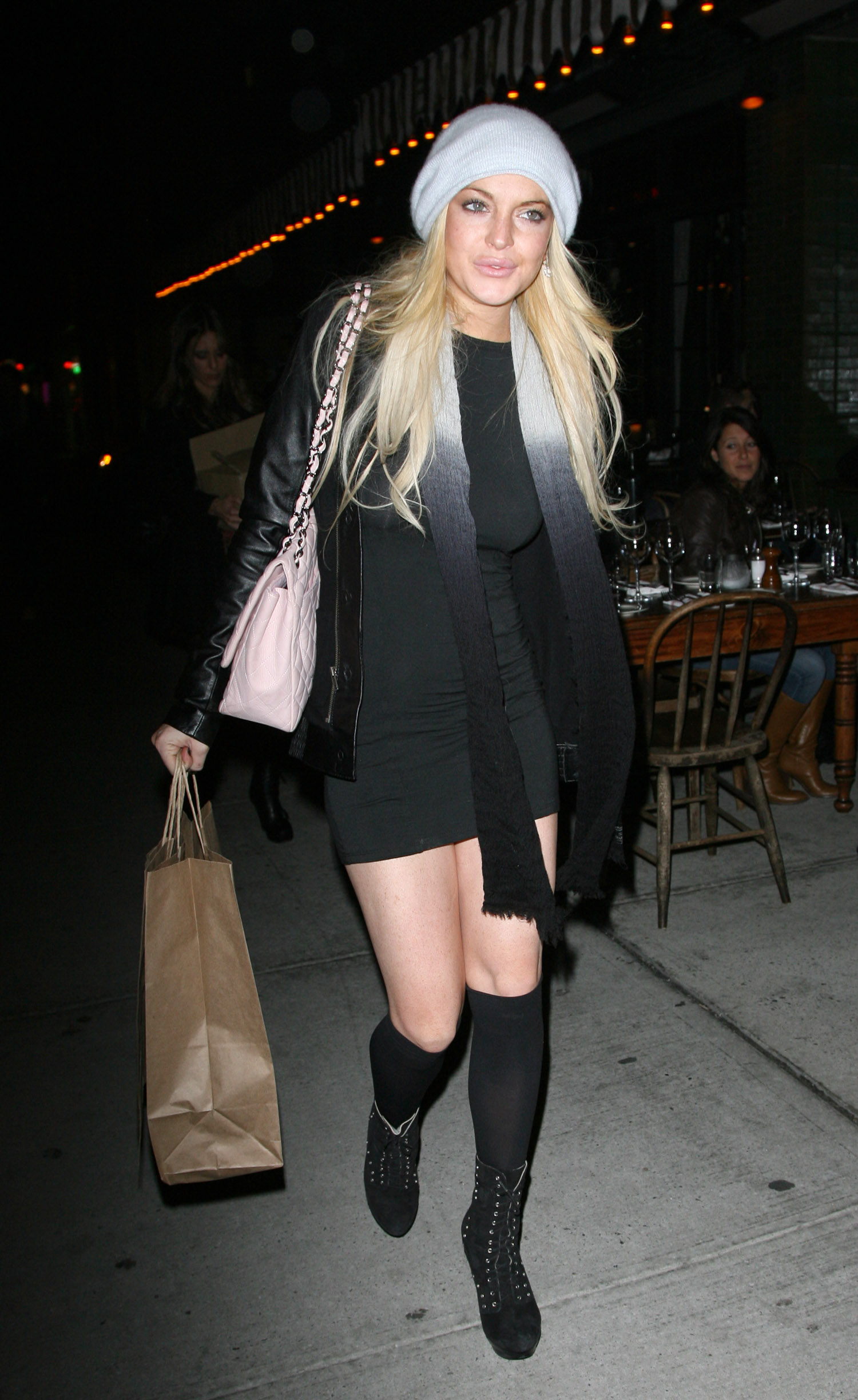 67464_Lindsay_Lohan_out_to_dinner_in_New_York_City-7_122_527lo.jpg