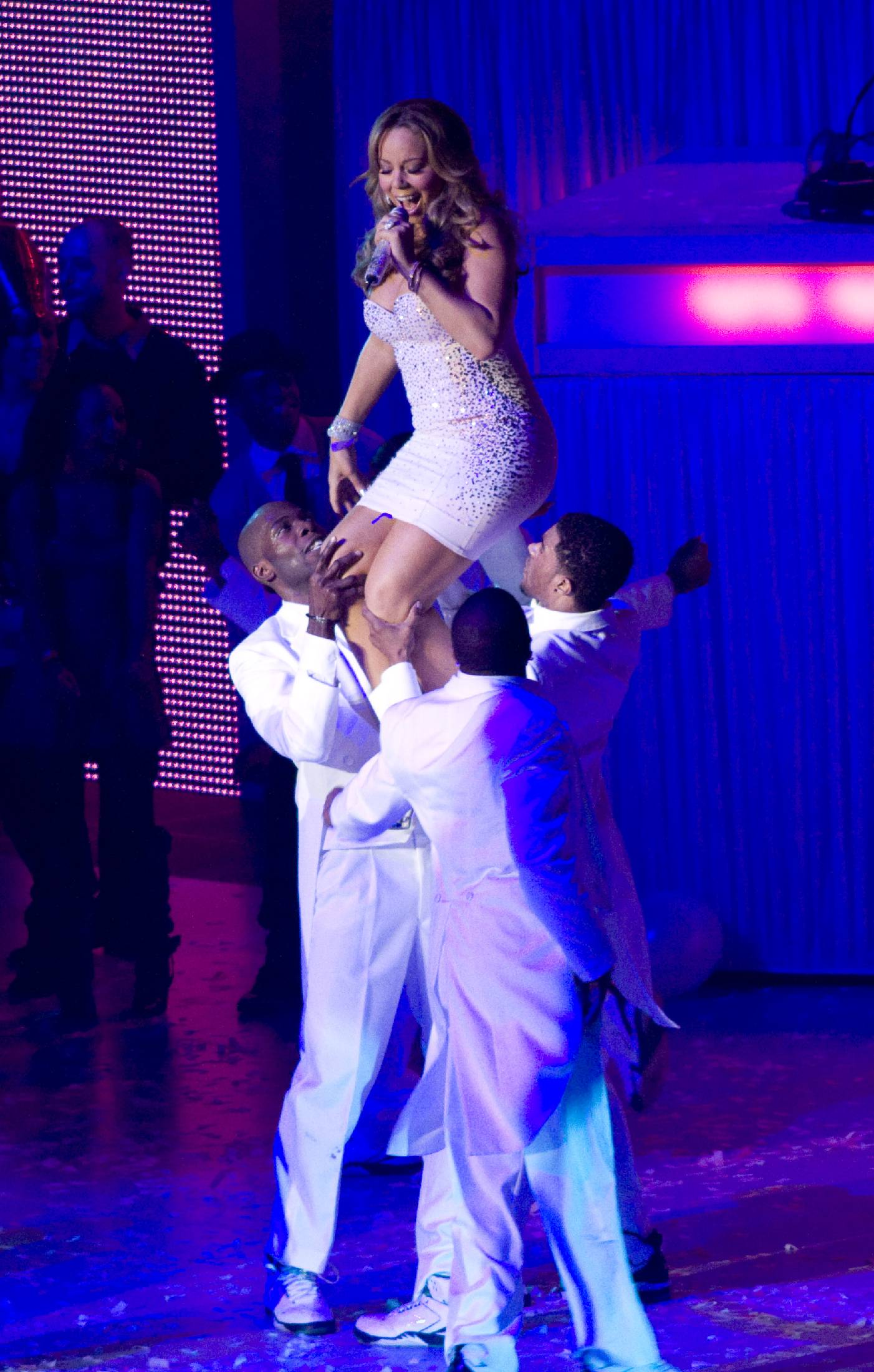 53573_Mariah_Carey_performs_at_Madison_Square_Garden_in_New_York_City-27_122_561lo.jpg