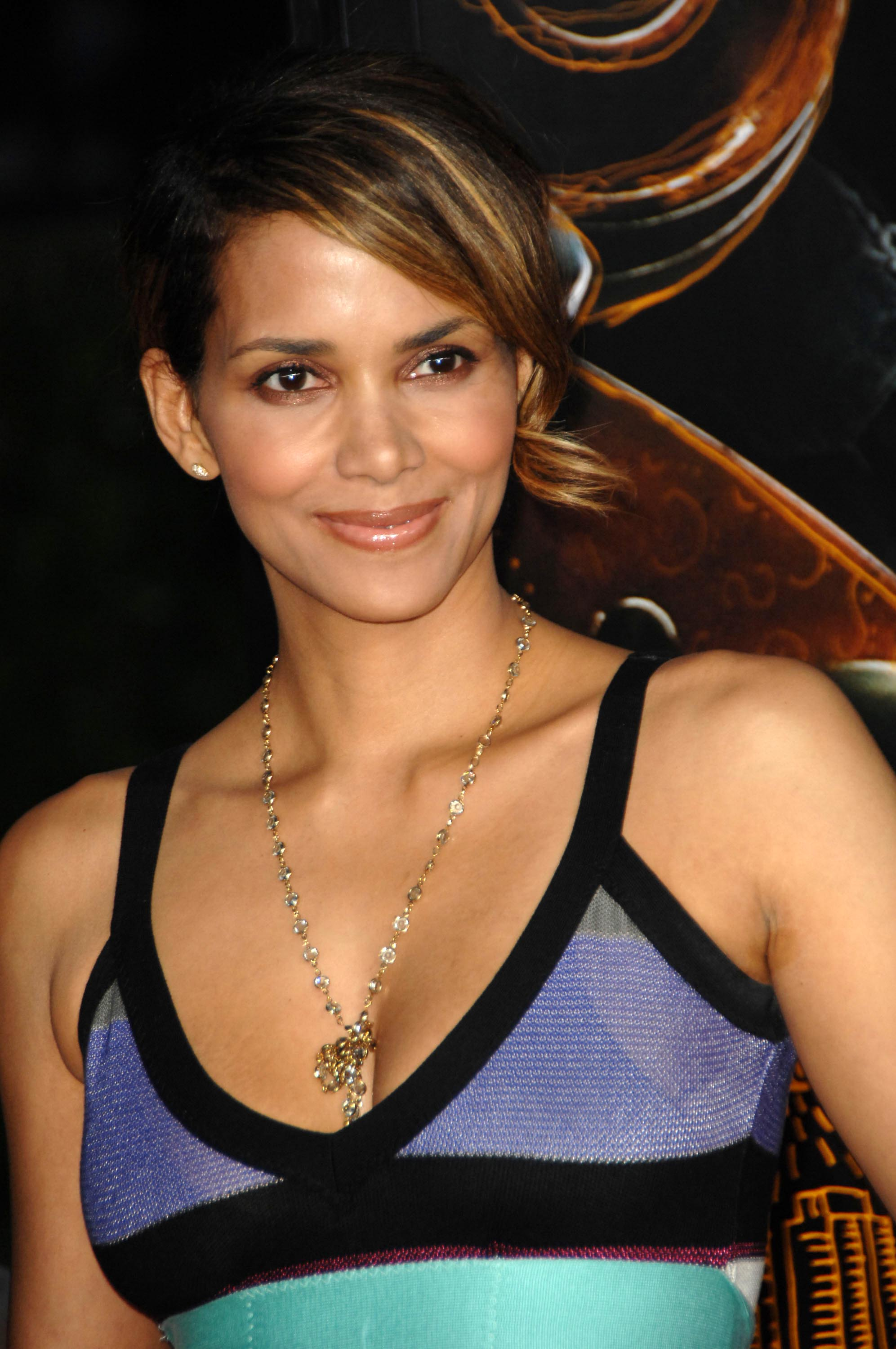 69671_Halle_Berry_The_Soloist_premiere_in_Los_Angeles_91_122_1023lo.jpg
