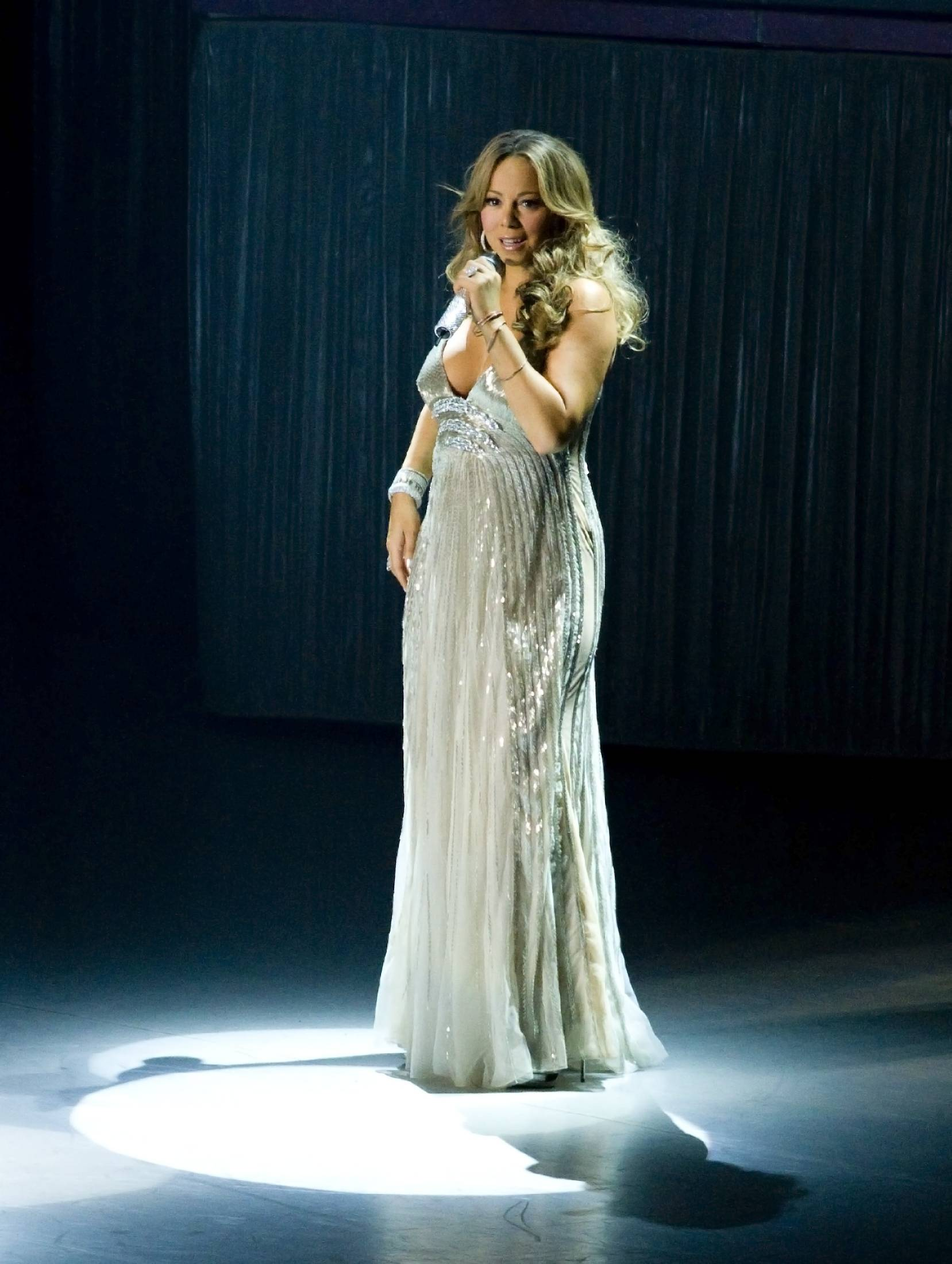 53229_Mariah_Carey_performs_at_Madison_Square_Garden_in_New_York_City-12_122_131lo.jpg