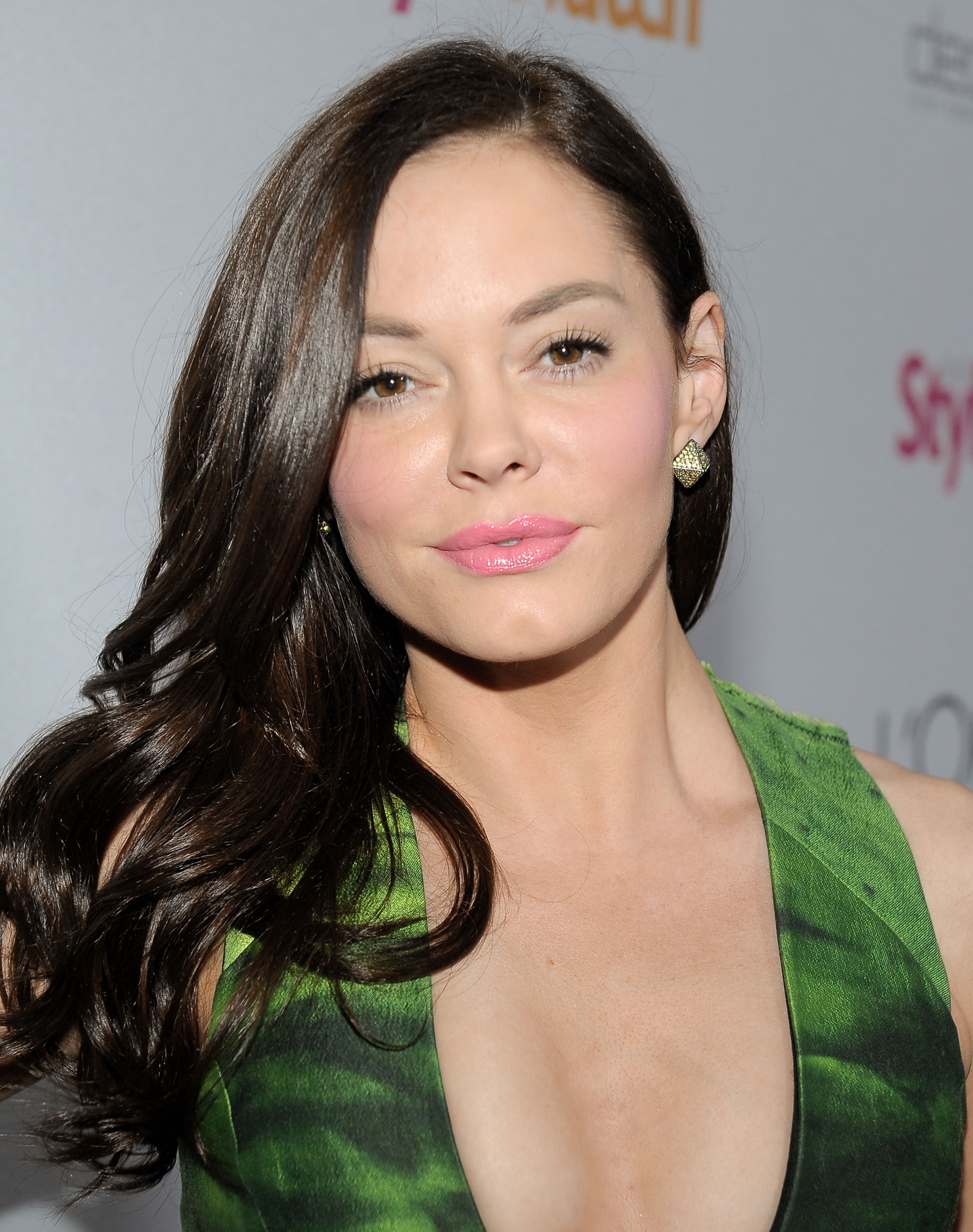 175194548_Rose_McGowan_People_StyleWatch_A_Night_of_Red_Carpet_Style_in_LA_January_27_2011_04_122_454lo.jpg