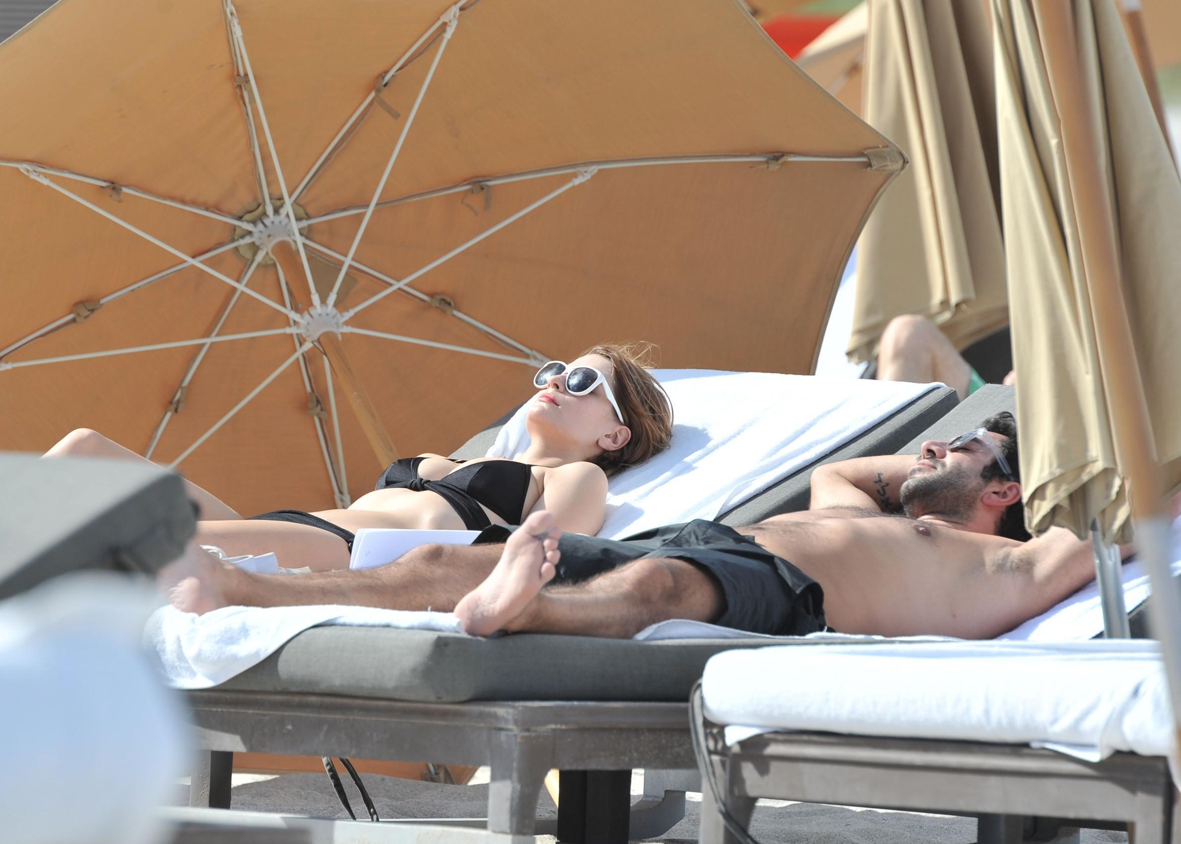 312950977_P10O3N4Q1N_Mischa_Barton_Wearing_a_Bikini_in_Miami022_122_482lo.jpg