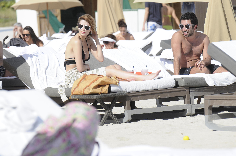 312363775_Mischa_Barton_Bikini_Candids_on_the_Beach_in_Miami_December_27_2011_176_122_486lo.jpg