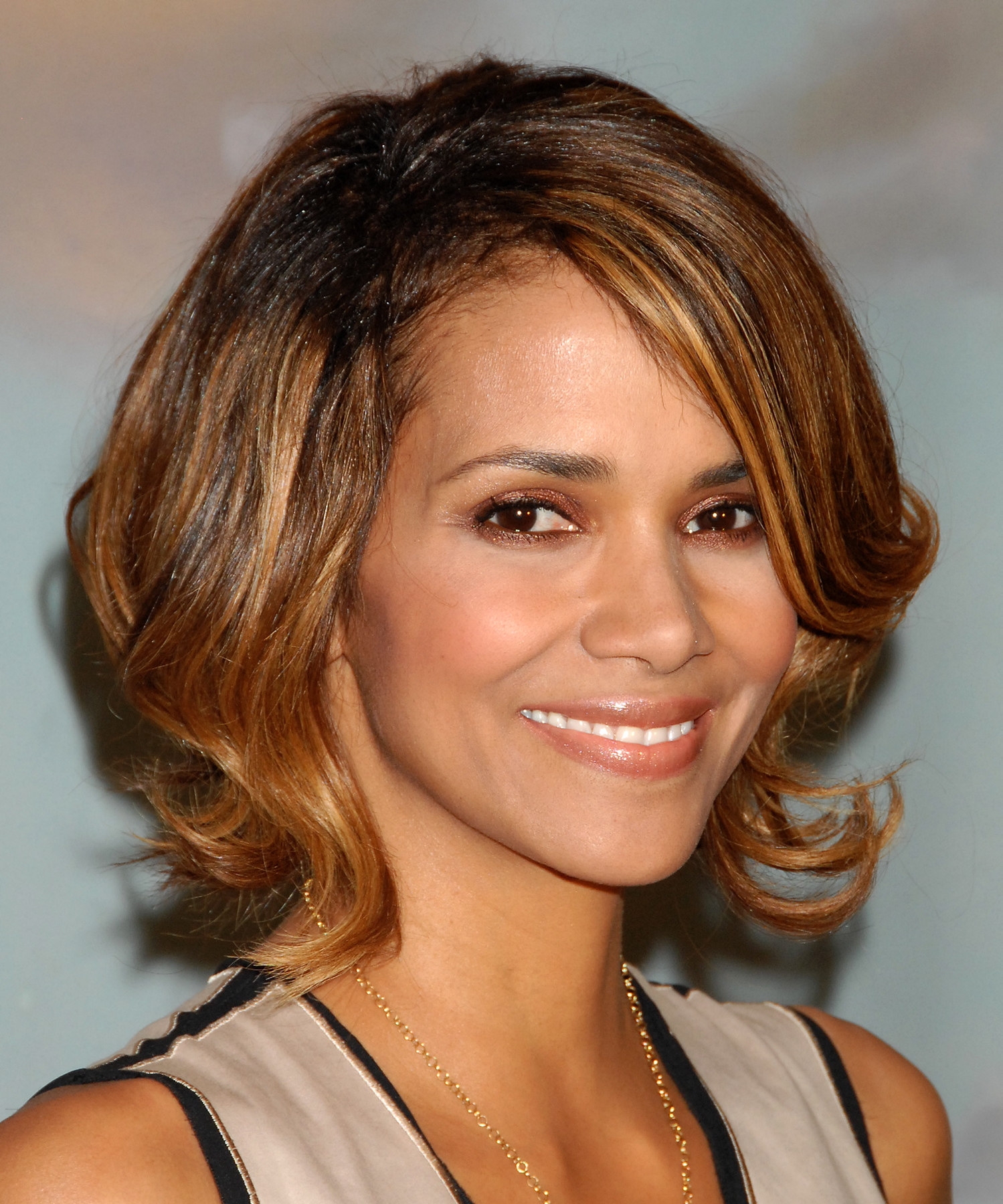 59922_Halle_Berry_2009_Jenesse_Silver_Rose_Gala_Auction_in_Beverly_Hills_86_122_713lo.jpg