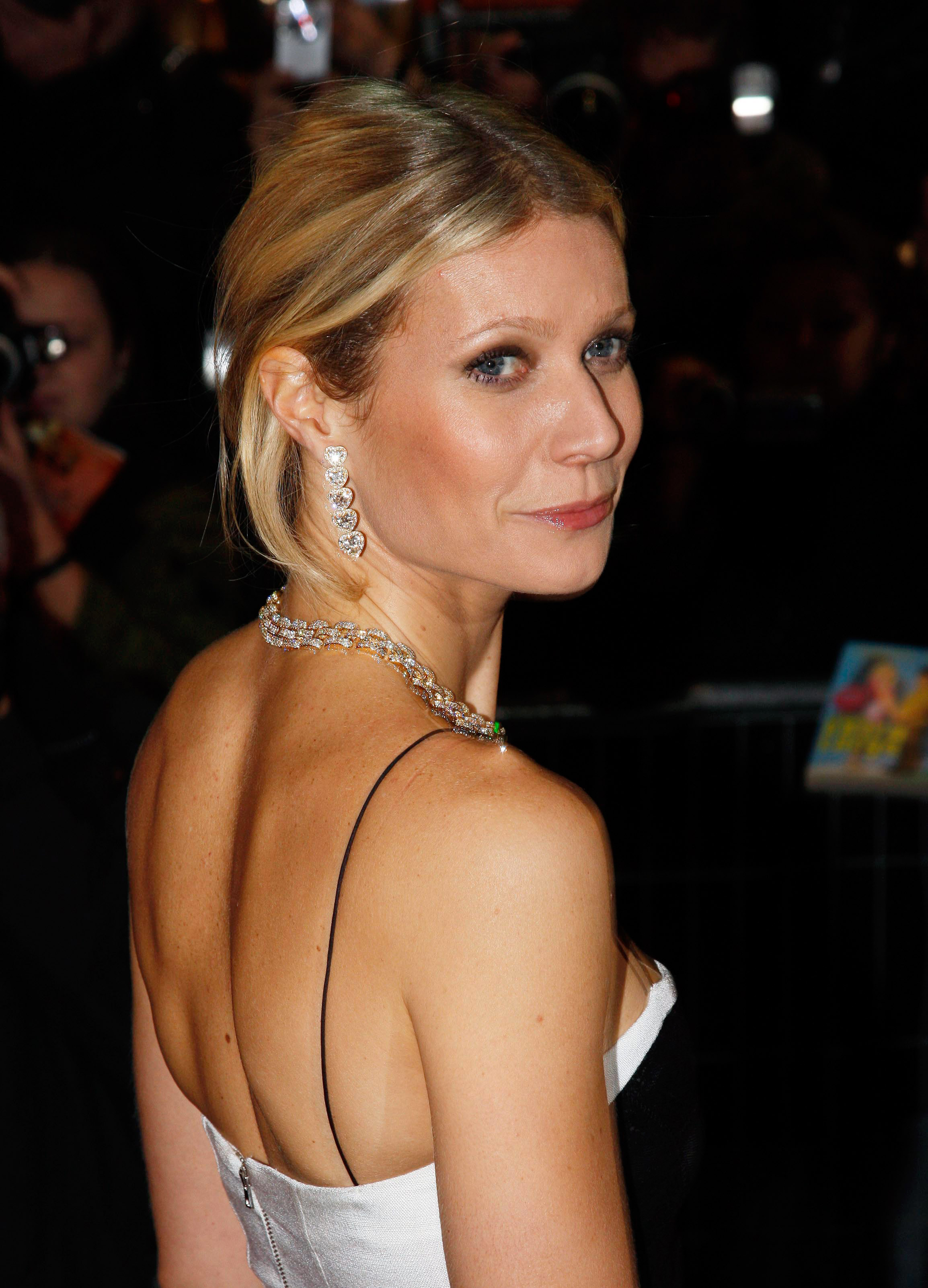 37256_Celebutopia-Gwyneth_Paltrow-Two_Lovers_French_premiere_in_Paris-07_122_766lo.jpg