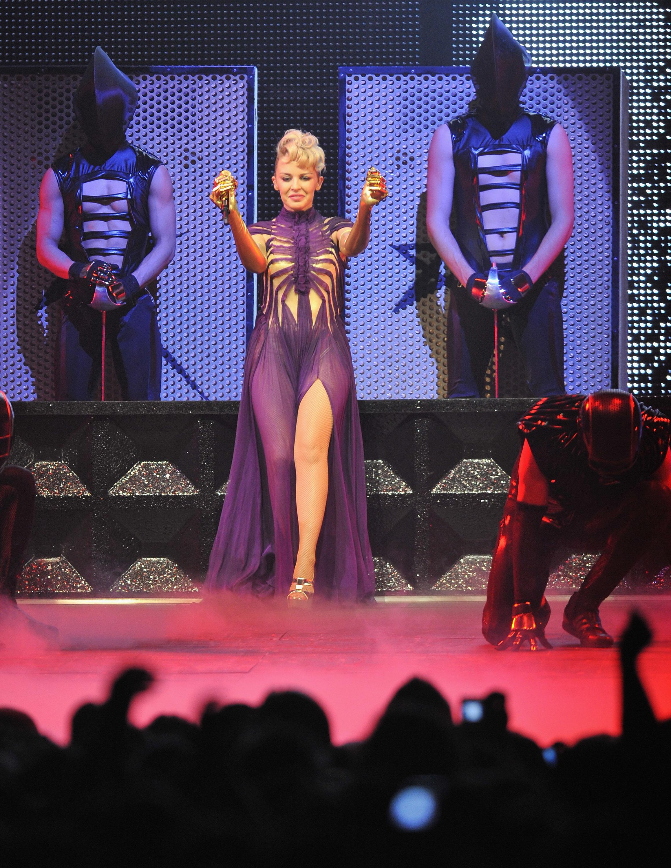 15165_Kylie_Minogue_KylieX2008_Performance_050608_007_122_1187lo.jpg