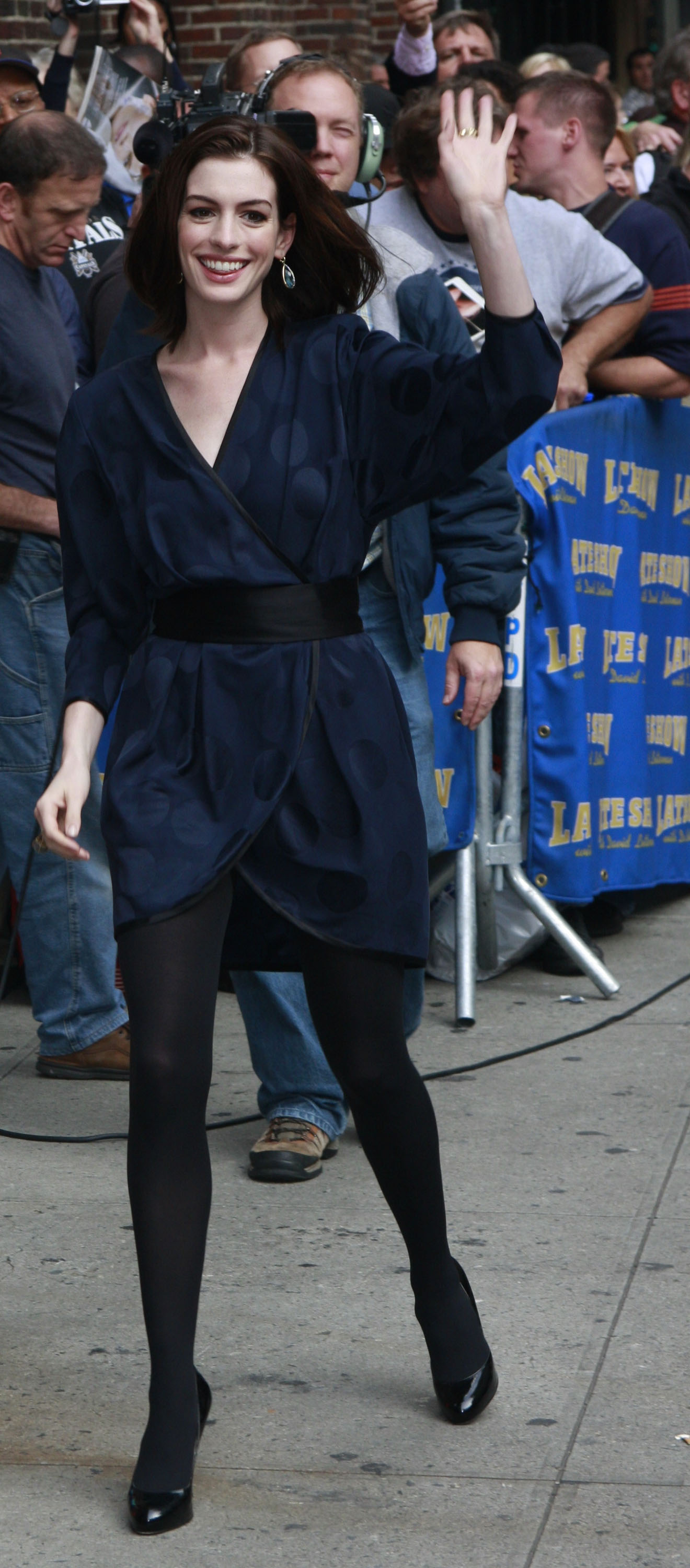 46641_Anne_Hathaway_2008-09-30_-_visits_the_Late_Show_with_David_Letterman_122_653lo.jpg