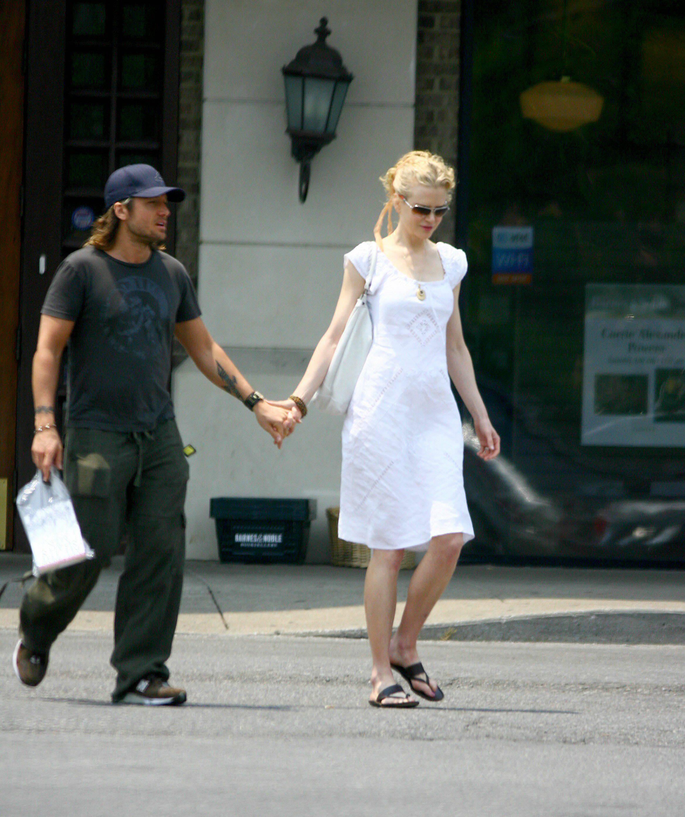 25952_Nicole_Kidman_and_Keith_Urban_buy_a_book_in_Nashville_07_494lo.jpg