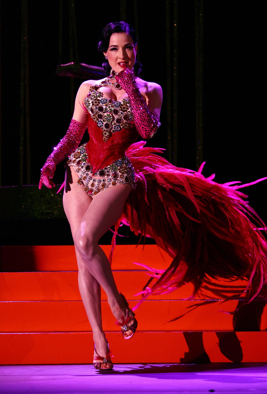 41925_Celebutopia-Dita_Von_Teese_performs_on_stage_at_Erotica_2007-04_123_584lo.jpg