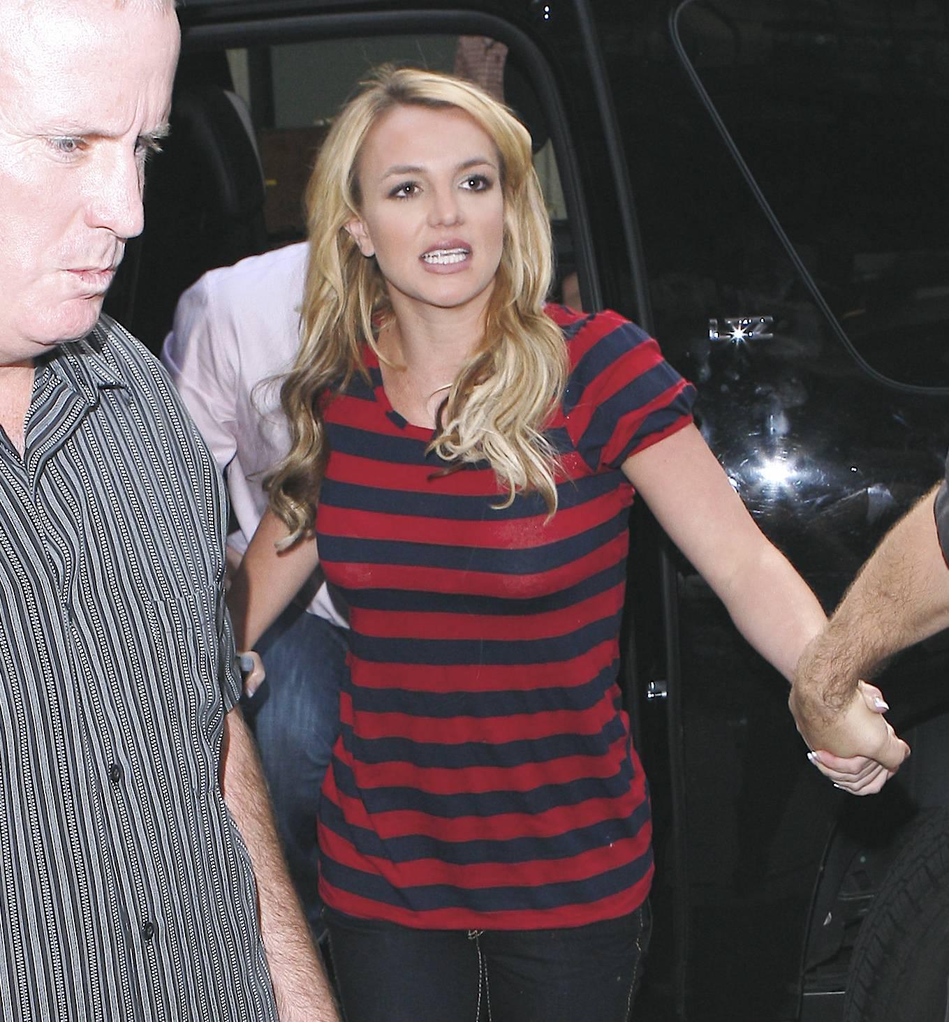 07053_Celebutopia-Britney_Spears_shopping_in_Soho-03_122_1181lo.jpg
