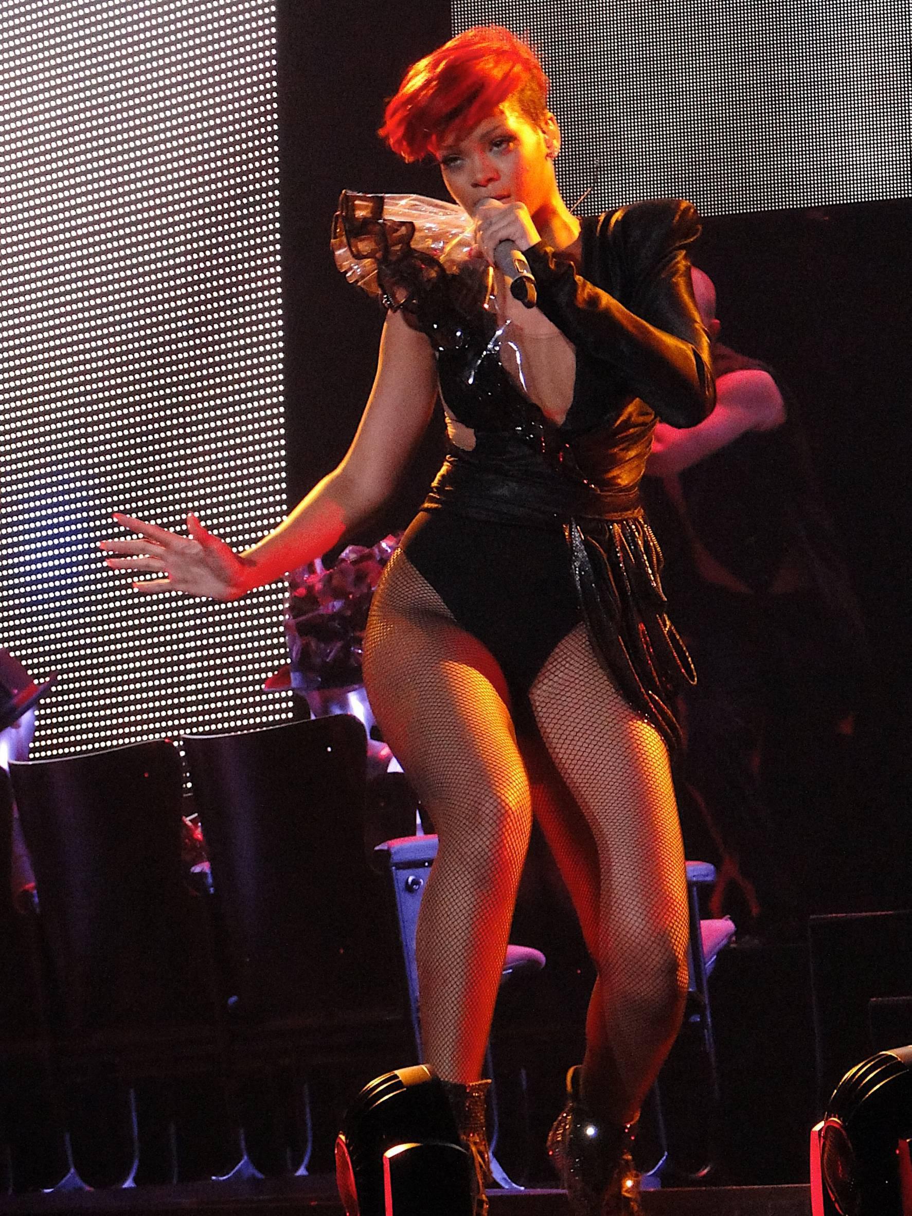 60921_RihannaperformsliveinSacramento.com_TheElder_Rihanna2010_07_09_performsliveinSacramento8_122_493lo.jpg