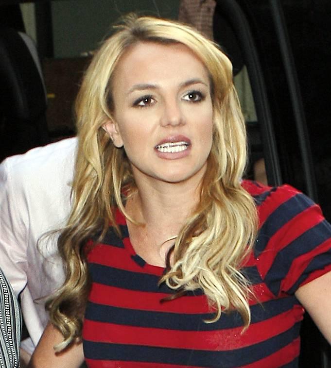 06730_Celebutopia-Britney_Spears_shopping_in_Soho-02_122_675lo.jpg