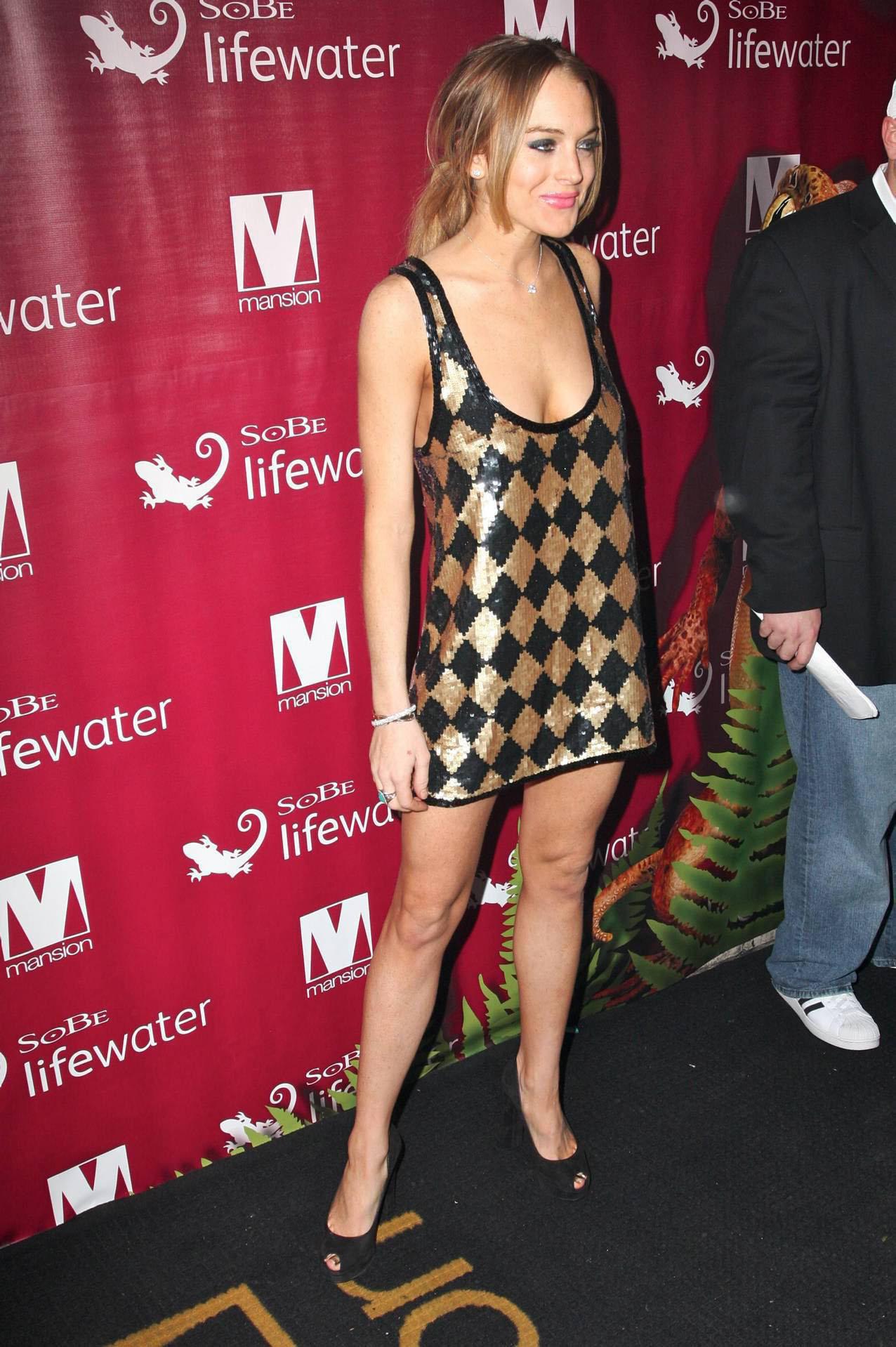 38001_Lindsay_Lohan_at_Mansion_Nightclub_in_Miami_1-1-2009_006_122_1129lo.jpg