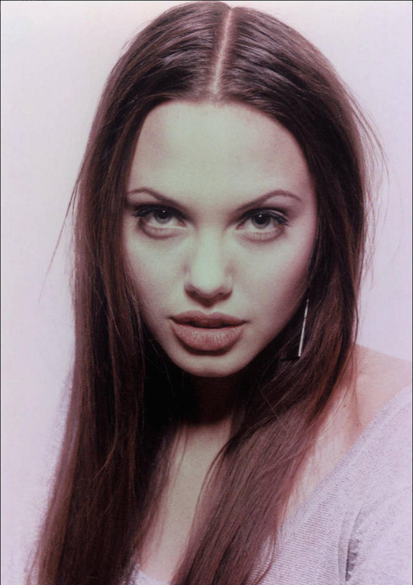 39392_Angelina_Jolie_Lionel_De_Luy_Photoshoot_03_122_355lo.jpg