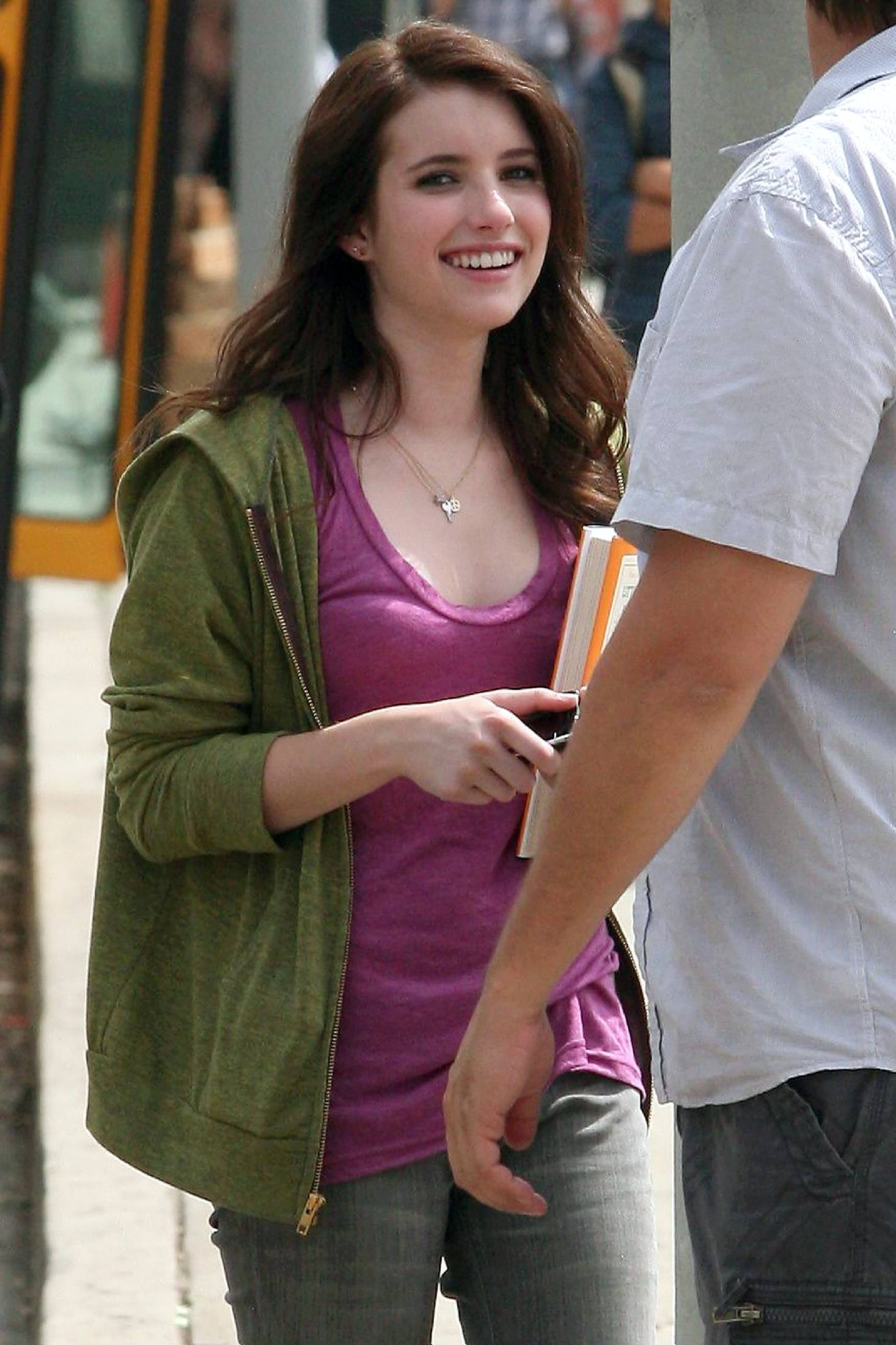 63287_Emma_Roberts_On_the_set_of_Valentine41s_Day_in_Santa_Monica1_122_494lo.jpg