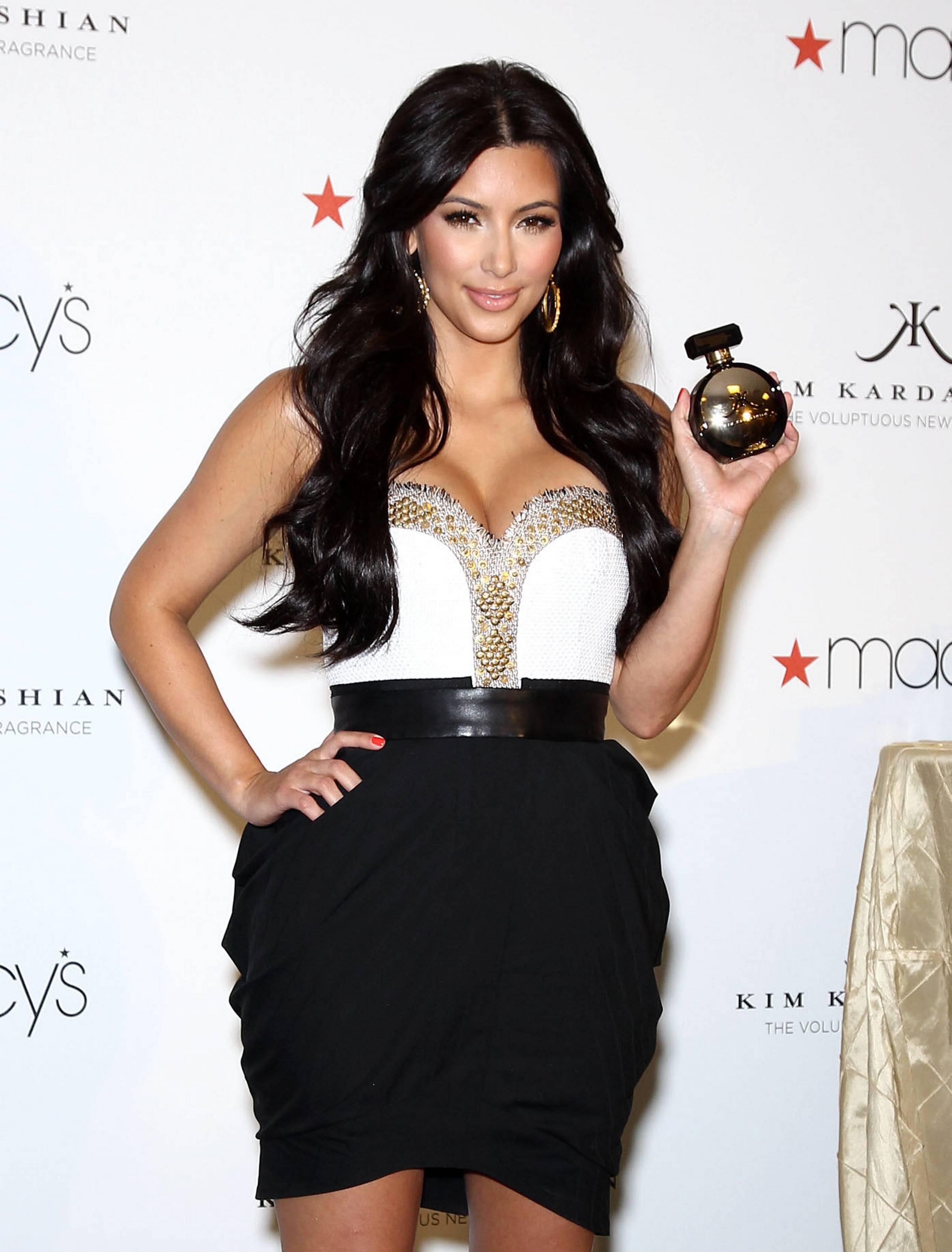 84879_celebrity_paradise.com_Kim_Kardashian_Fragance_03_122_105lo.jpg