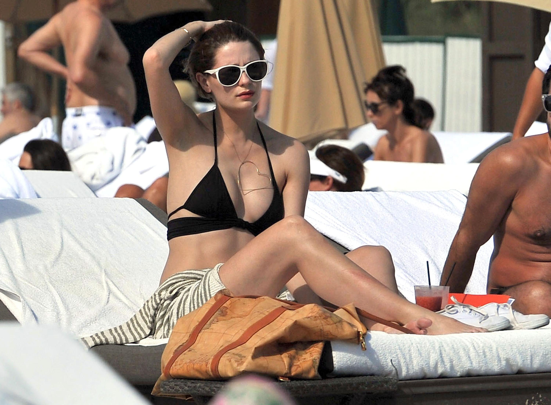 311794103_Mischa_Barton_Bikini_Candids_on_the_Beach_in_Miami_December_27_2011_100_122_490lo.jpg